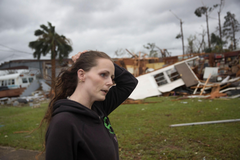 Una mujer frente al resto de su vivienda en Panama City (Raedle/Getty Images/AFP)