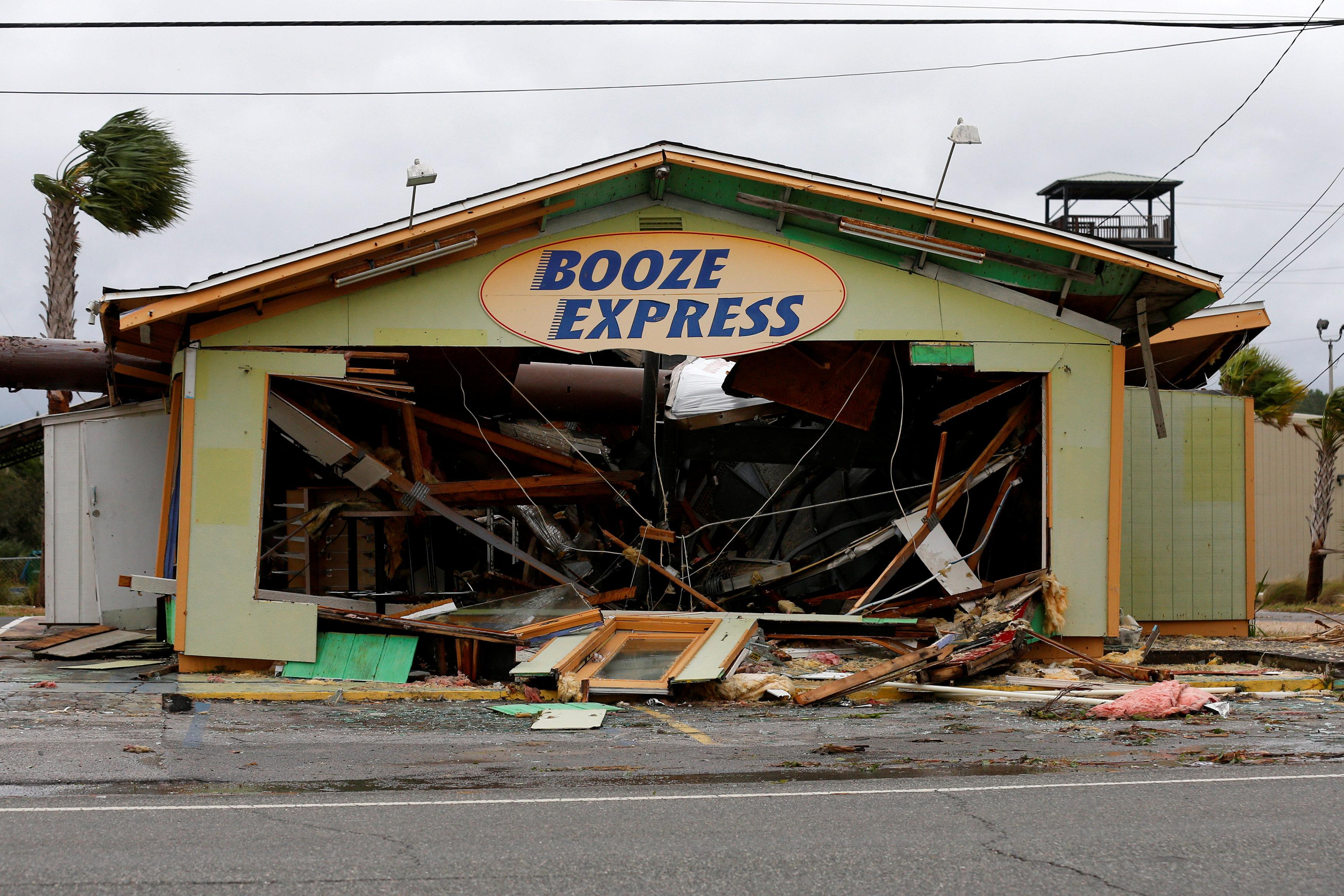 Un galpón dañado en Panama City Beach, Florida (REUTERS/Jonathan Bachman)