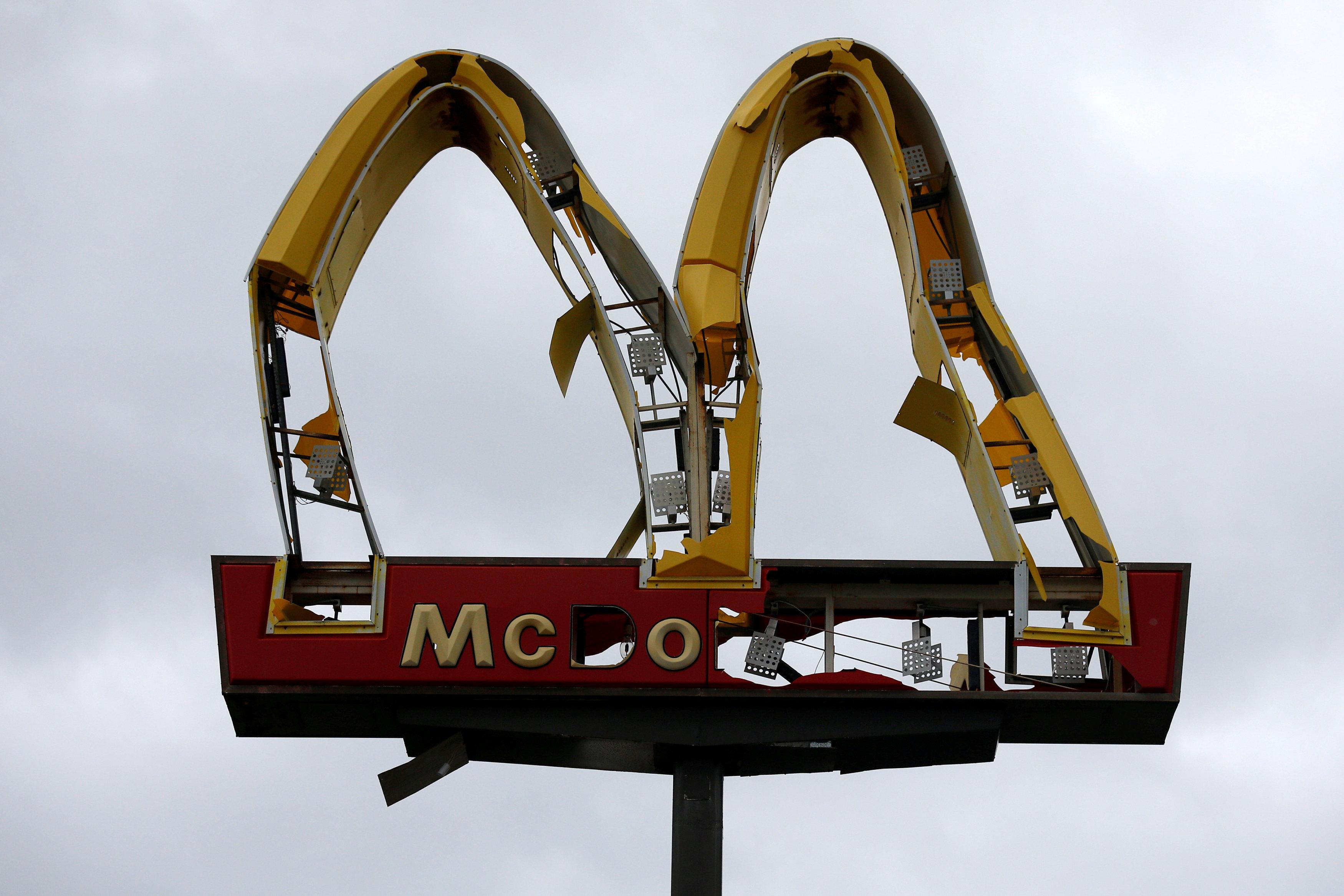 Un cartel de McDonald's dañando en Panamá City (REUTERS/Jonathan Bachman)