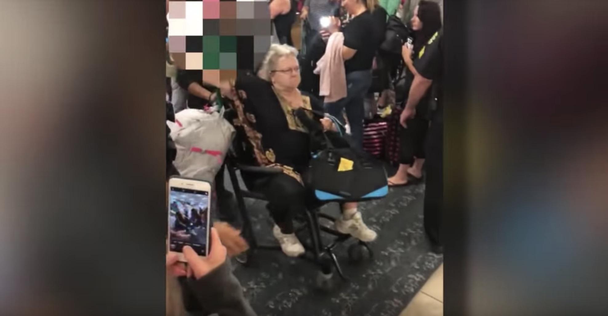 La pasajera Cindy Torok al ser expulsada del vuelo de Frontier Airlines (Captura video)