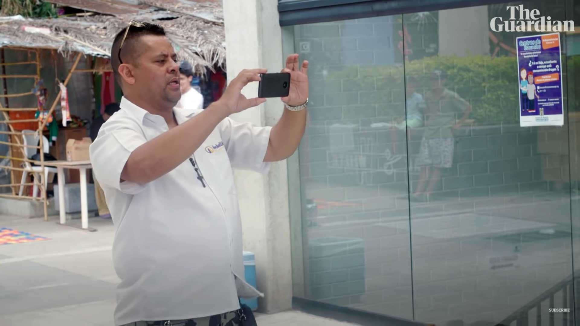 Carlos, expolicía a quien Pablo Escobar casi mata. (Foto captura de video The Guardian)