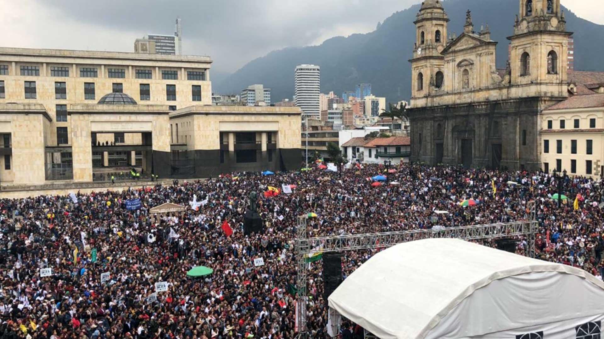 Manifestación en la Plaza de Bolívar de Bogotá. (Fotos redes sociales)