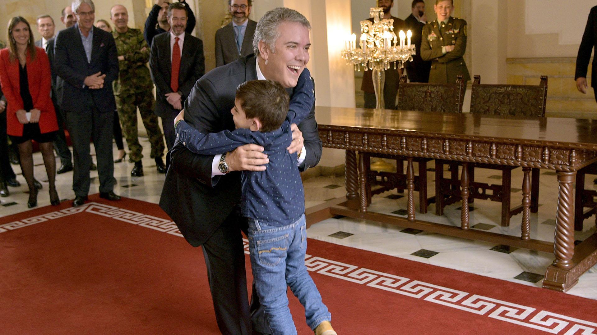 Iván Duque recibe con un abrazo al niño Cristo José (EFE)