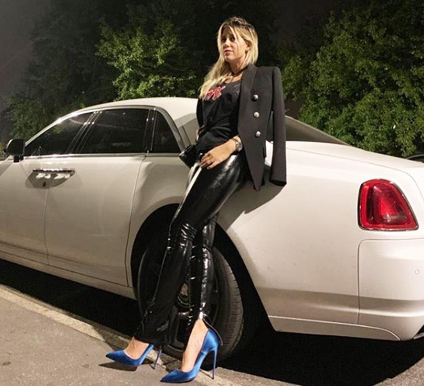"""""""Rock&Rolls"""". Con esa frase y esta foto Wanda Nara presentó en sociedad la nueva adquisición de la familia: un Rolls Royce, claro. Pero la mayoría de sus seguidoras no elogiaron el lujoso auto sino ¡sus zapatos! Mi reino por esos stilettos… (Foto: Instagram)"""