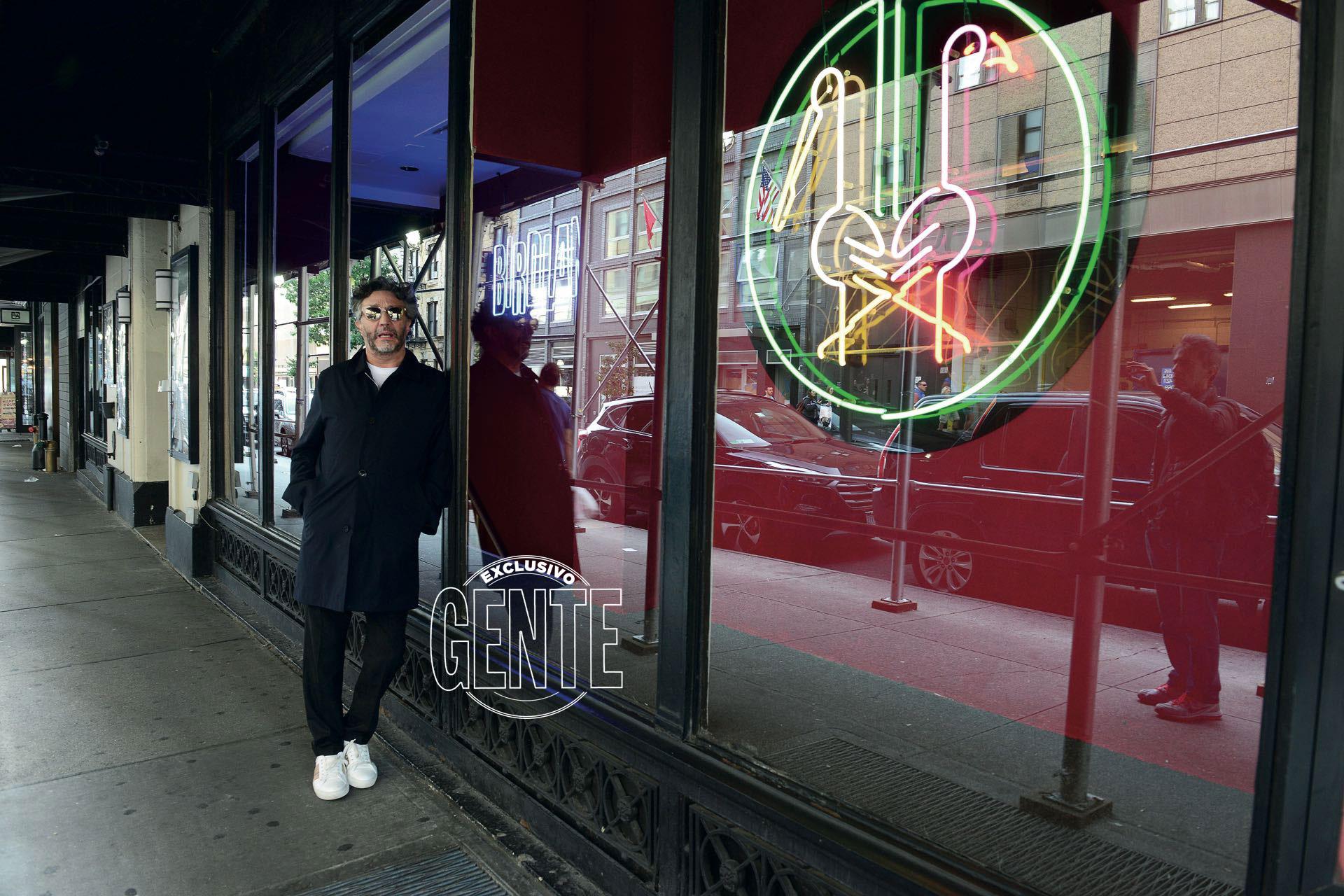 """Paéz en el 315 de la 44th Street: la puerta del Birdland Jazz Club. """"Una casa legendaria que abrió en 1949, por donde pasaron todos los grosos del género: Thelonious Monk, Miles Davis, Lester Young… ¡hasta Michel Petrucciani en los Ochenta! Se decís 'jazz' en Nueva York, decís Birdland o Blue Note, dos sitios maravillosos para visitar y disfrutar""""."""