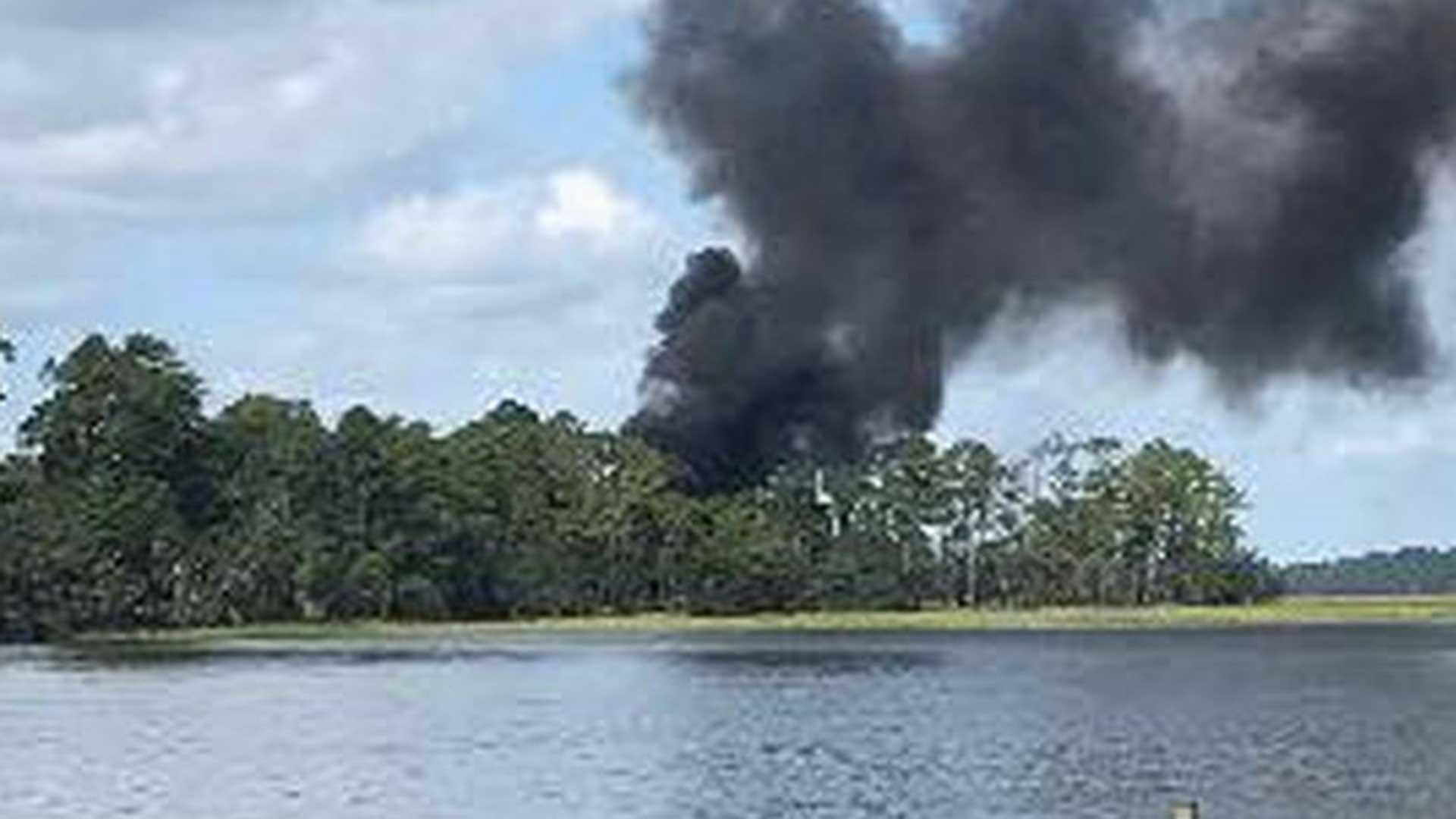 Una columna de humo se levanta en Beaufort, donde cayó un F-35B (Reuters)