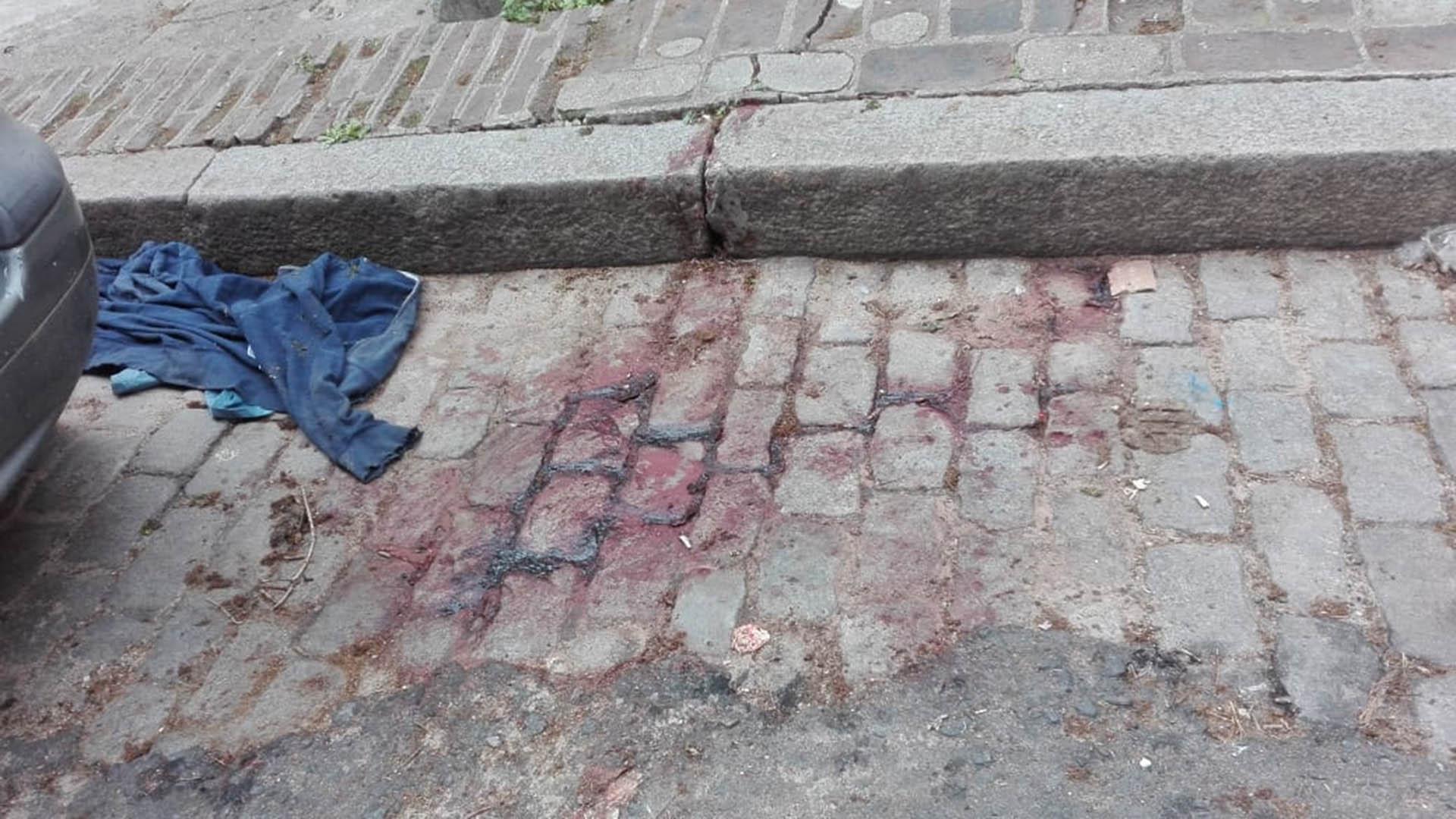 La mancha de sangre que quedó tras el crimen sobre los adoquines en la calle Terrada