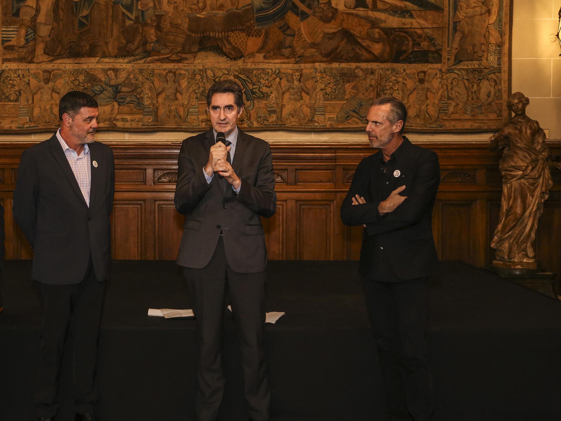 Martín Marcos, director del Museo Nacional de Arte Decorativo, Yann Lorvo y Jean Paul Bath