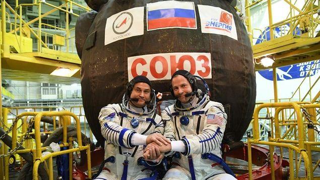 Los astronautas posan con la cápsula que les salvó la vida en su regreso hoy a la Tierra