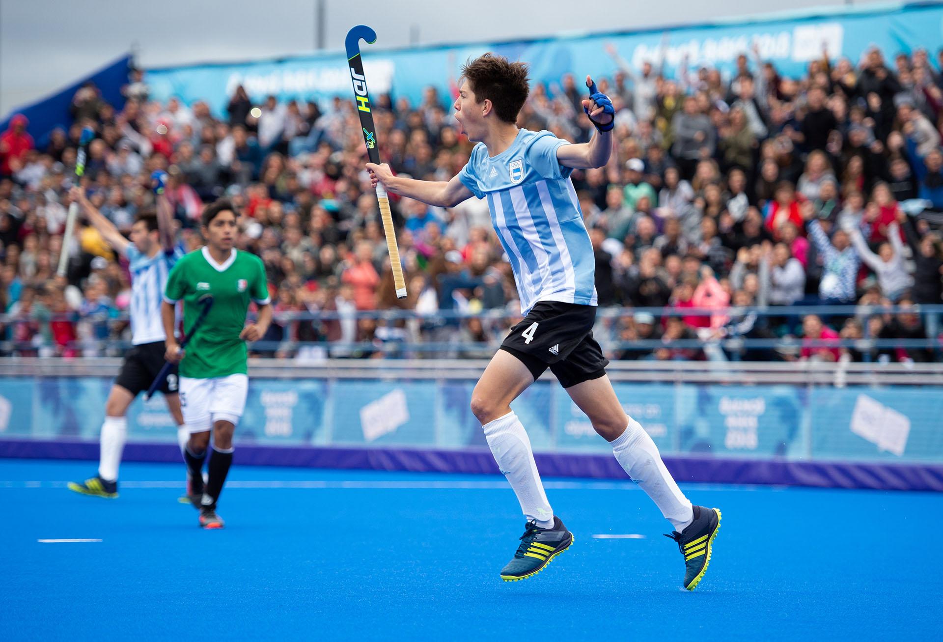 Gaspar Garrone anota el primer gol de los Leoncitos ante México, en el duelo de hockey 5