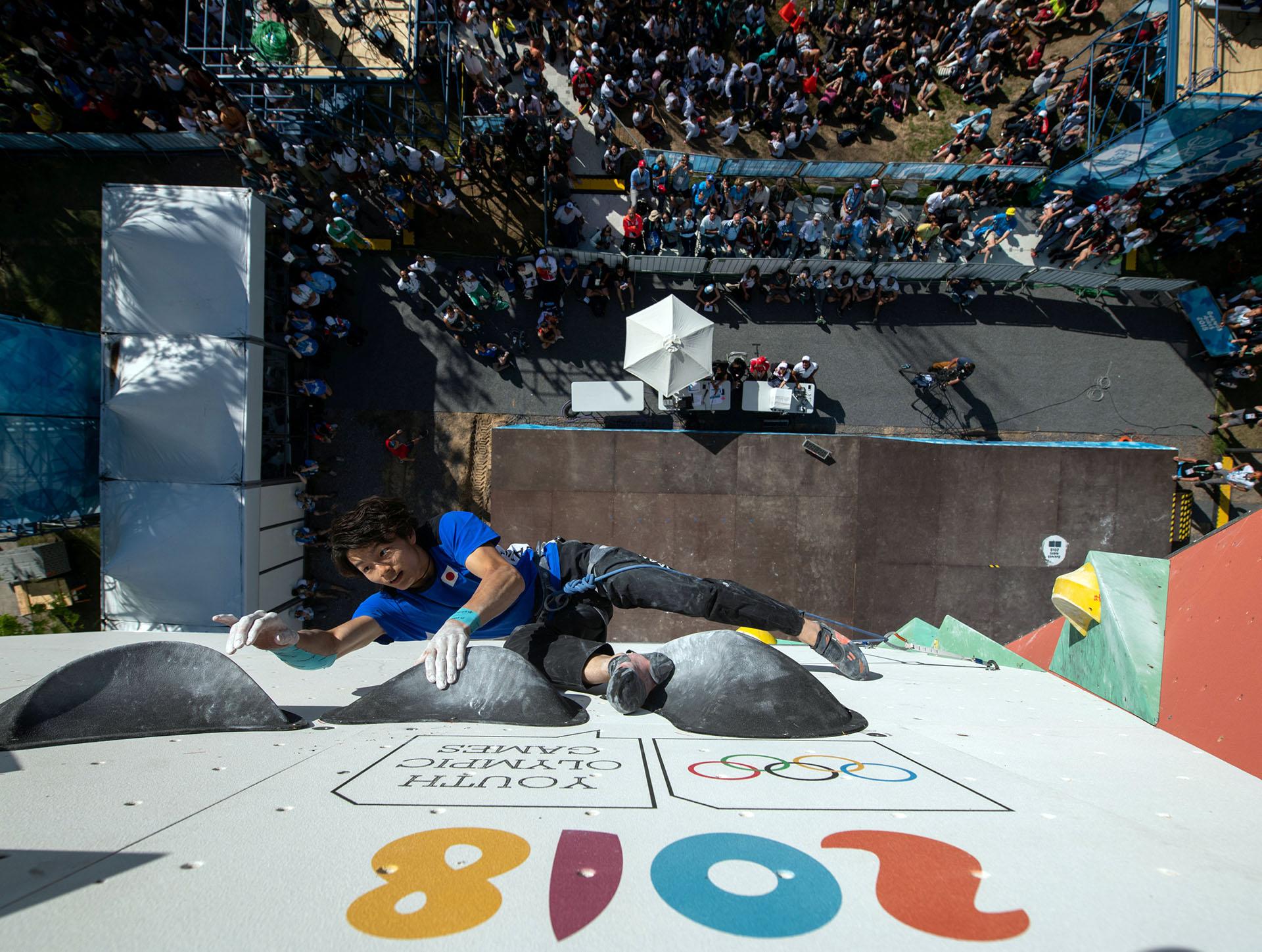 El japonés Keita Dohi of Japan, en la final de la prueba de escalada combinada
