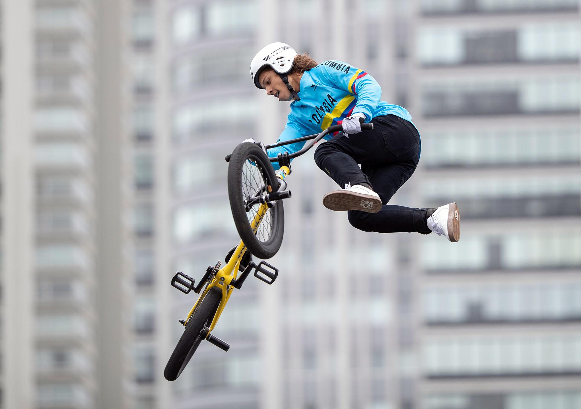 El colombiano Sebastian Martínez parece volar en la final de BMX freestyle