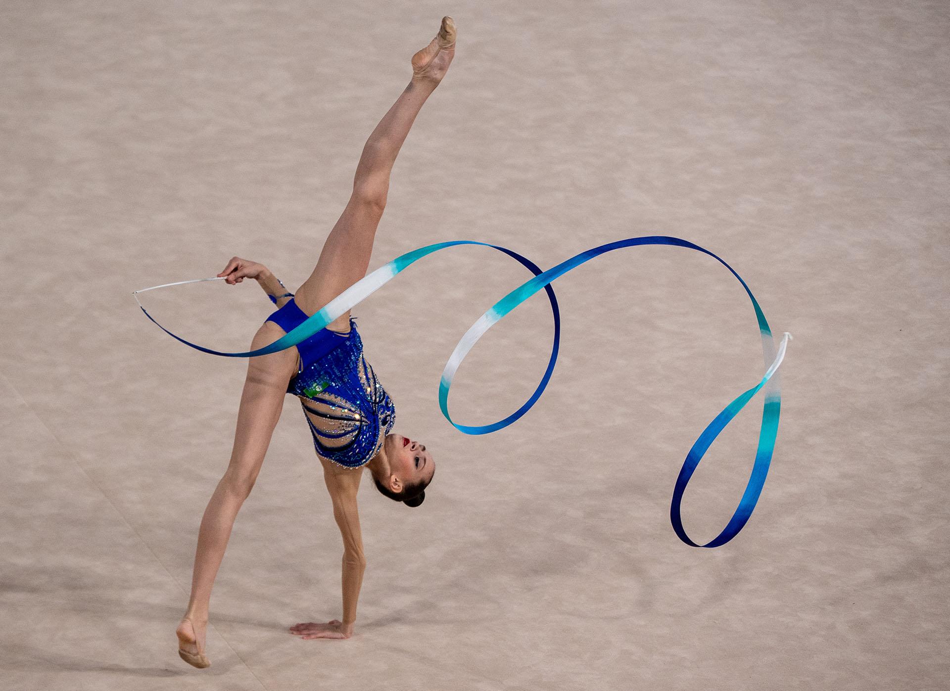 La rusa Daria Trubnikova y otra figura en su presentación en gimnasia rítmica (Foto: REUTERS)