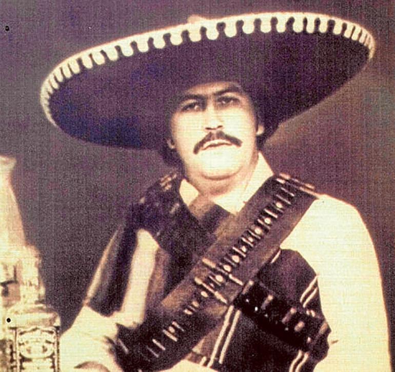 La vida delictiva de Escobar inició con su llegada a Medellín, cuando tenía 15 años.