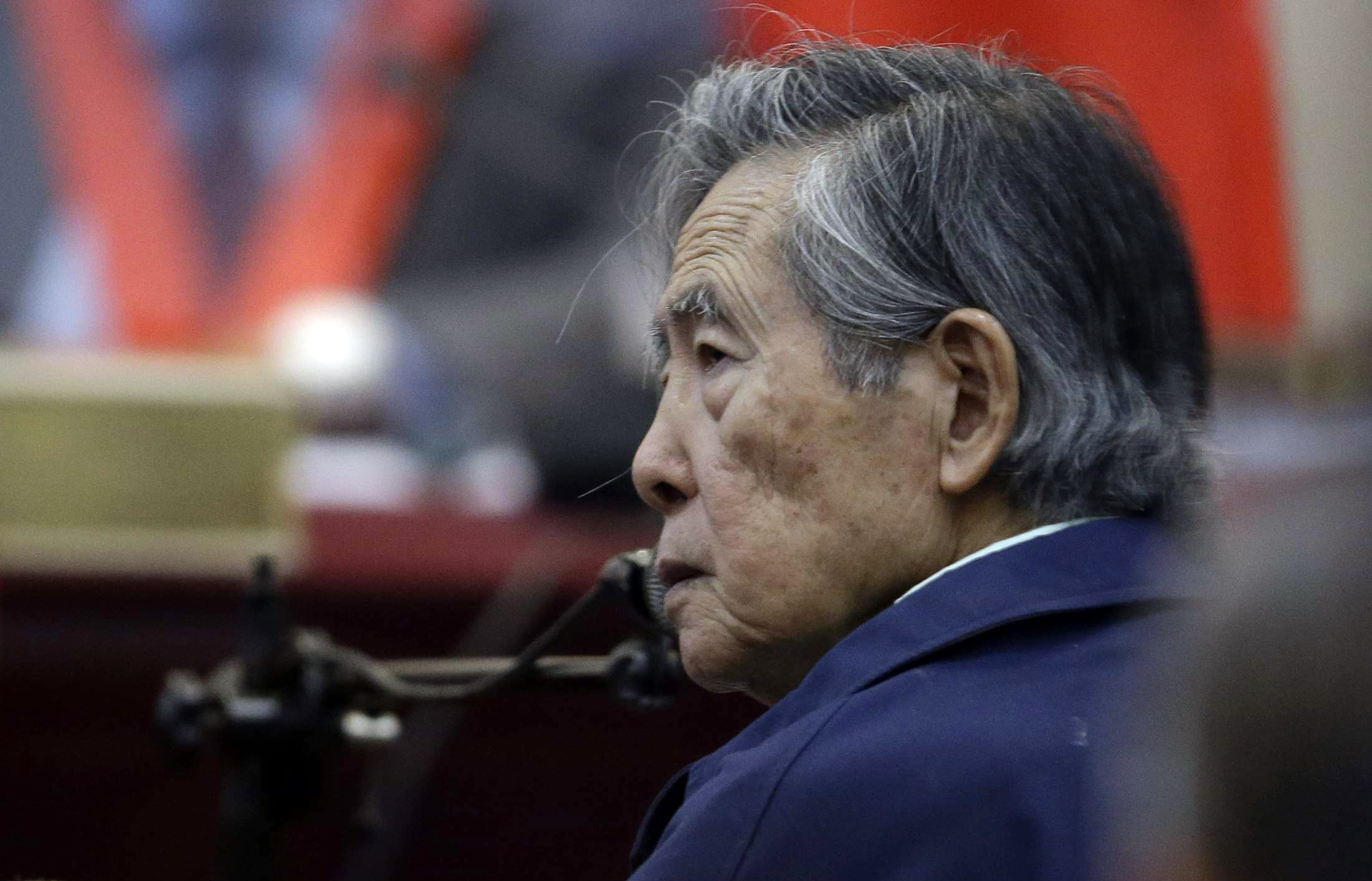 En esta foto del 15 de marzo de 2018, el ex presidente peruano Alberto Fujimori, escucha una pregunta durante su testimonio en una base militar en Callao, Perú. El poder judicial anuló el miércoles 3 de octubre el indulto humanitario que lo liberó y ordenó su captura para retornarlo a prisión. (AP Foto/Martín Mejia, Archivo)