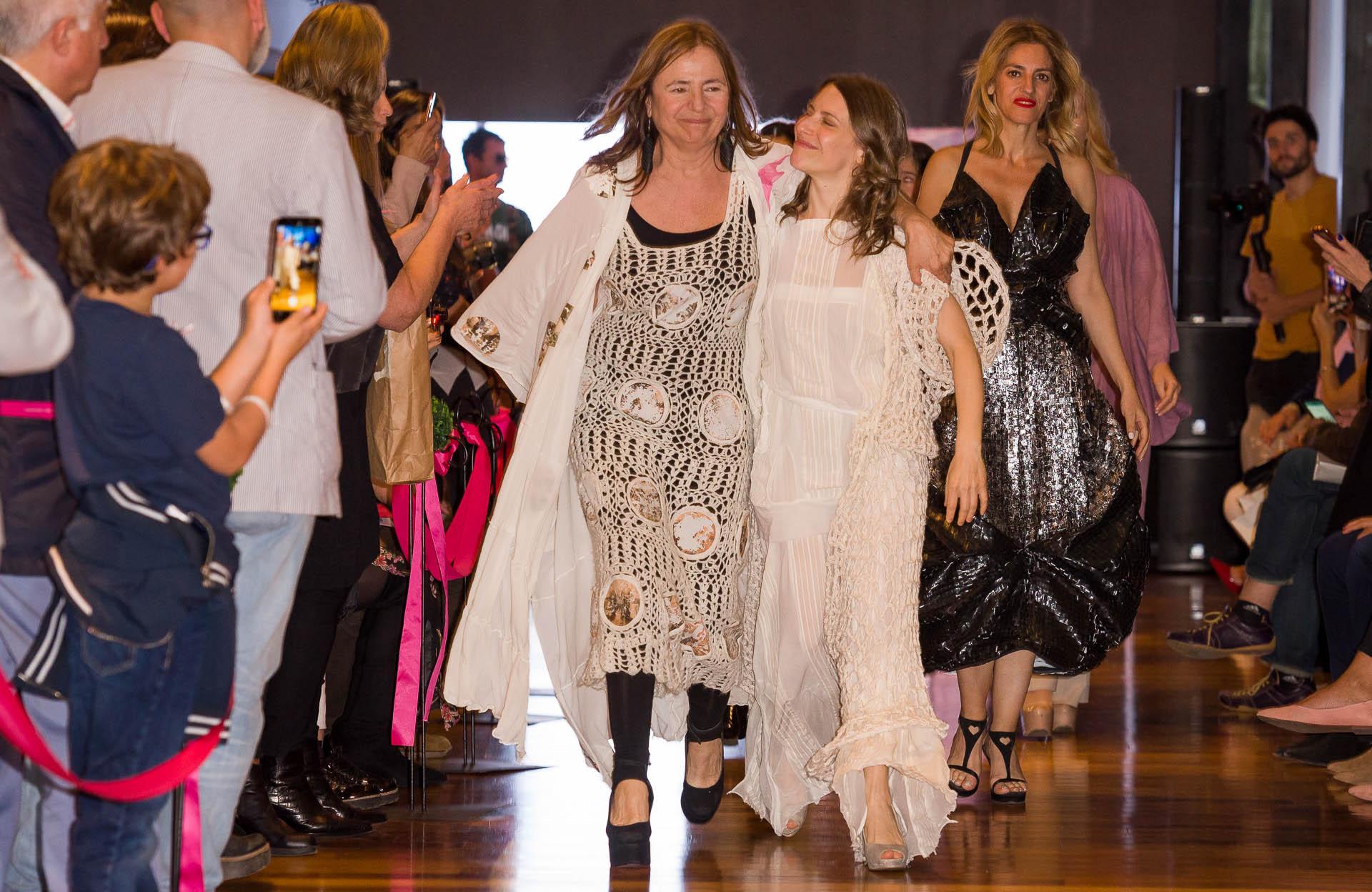 Elena Roger -gran referente de la moda sustentable que cuida el medio ambiente- fue la figura principal del desfile que se llevó a cabo a beneficio de la Liga Argentina de Lucha contra el Cáncer (LALCEC). En la foto, la actriz y cantante camina junto a la presidente de la Asociación Moda Sostenible Argentina, Alejandra Gougy