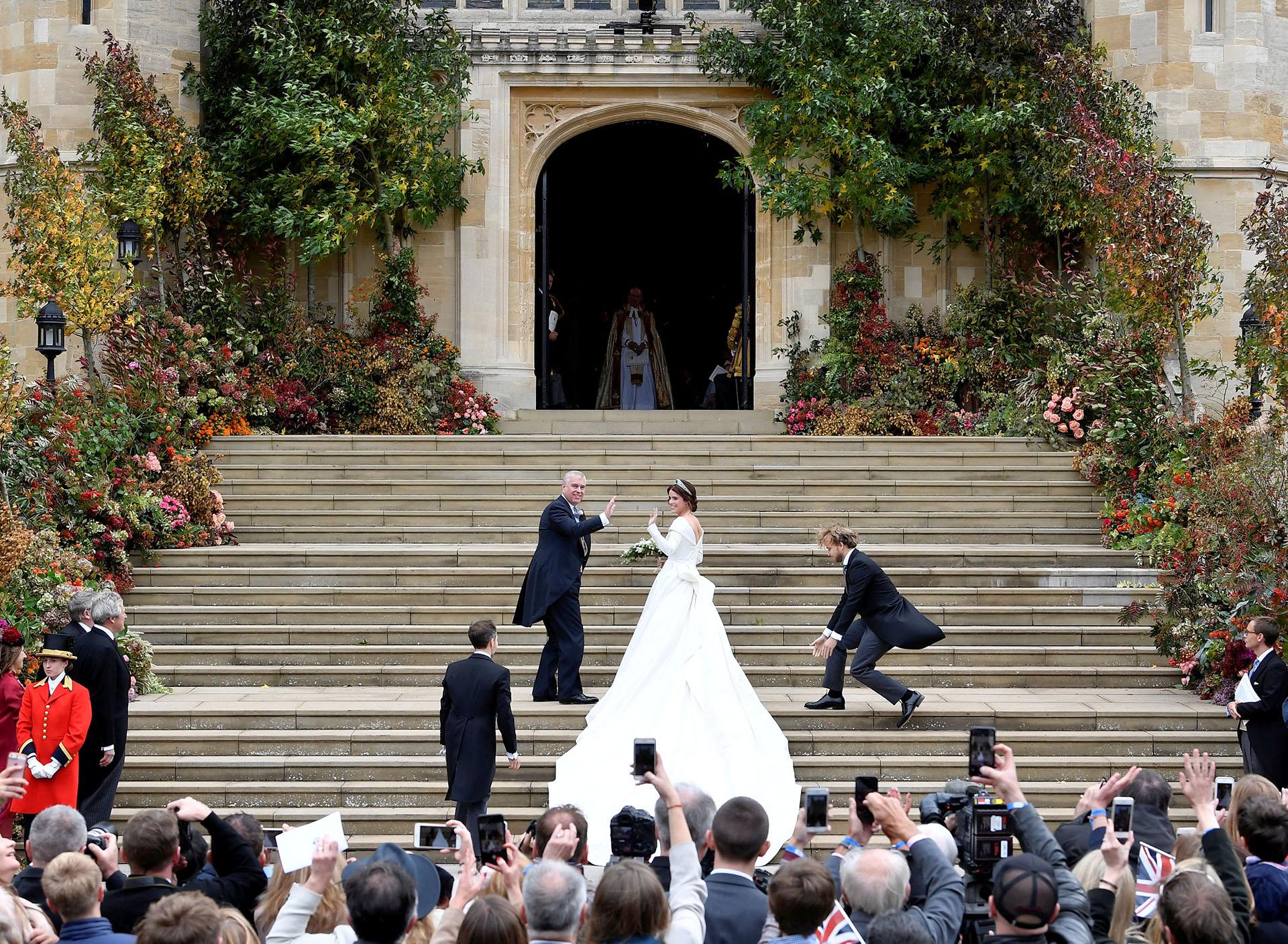Con una multitud en las escalinatas de la capilla St. George, así llegaba la novia, la princesa Eugenie junto a su padre, el príncipe Andrew