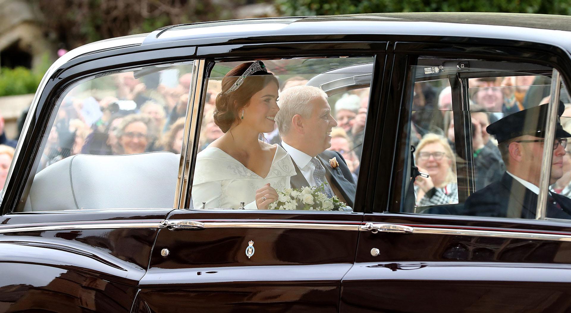 La novia llegó en un auto de colección junto a su padre, el príncipe Andrew