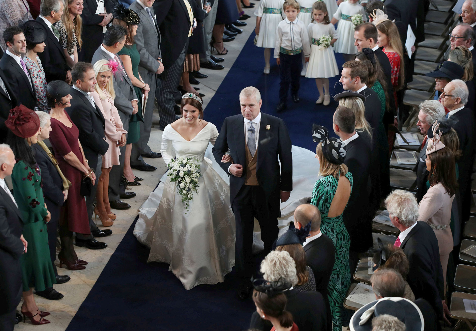 Eugenie, entrando a la St. George de la mano de su padre