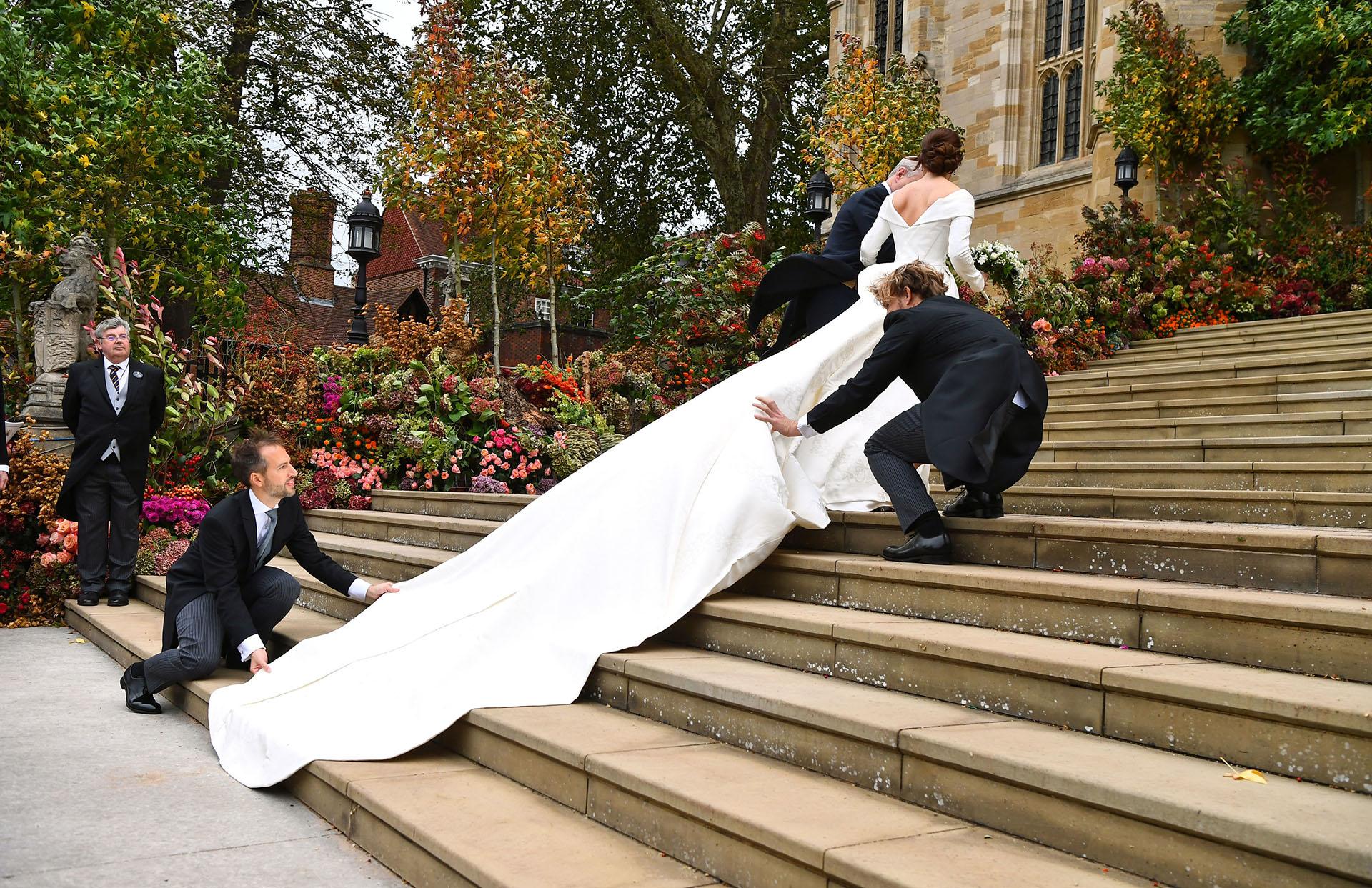 Sin velo, la novia eligió un vestido de mangas largas con escote frontal y en la espalda con una extensa cola de 5 metros