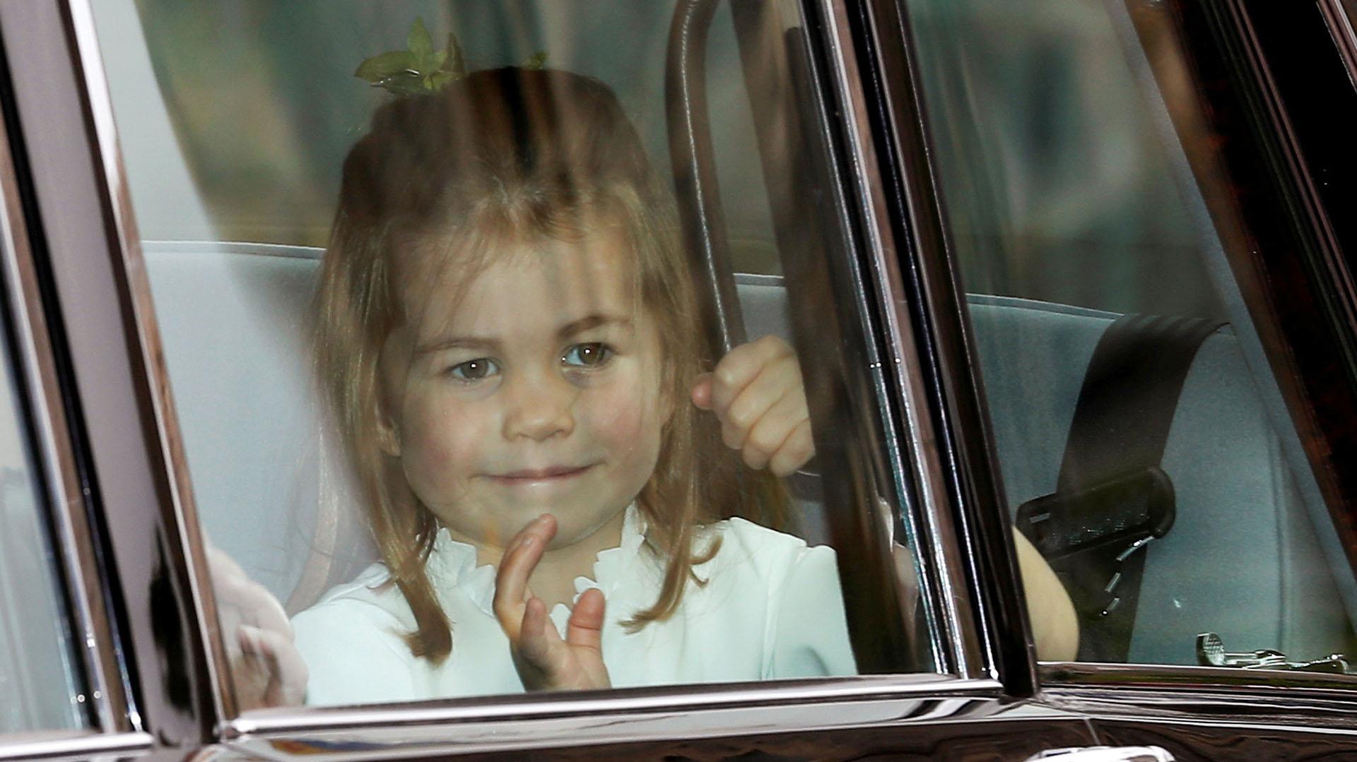 La princesa Charlotte saludando antes de bajar