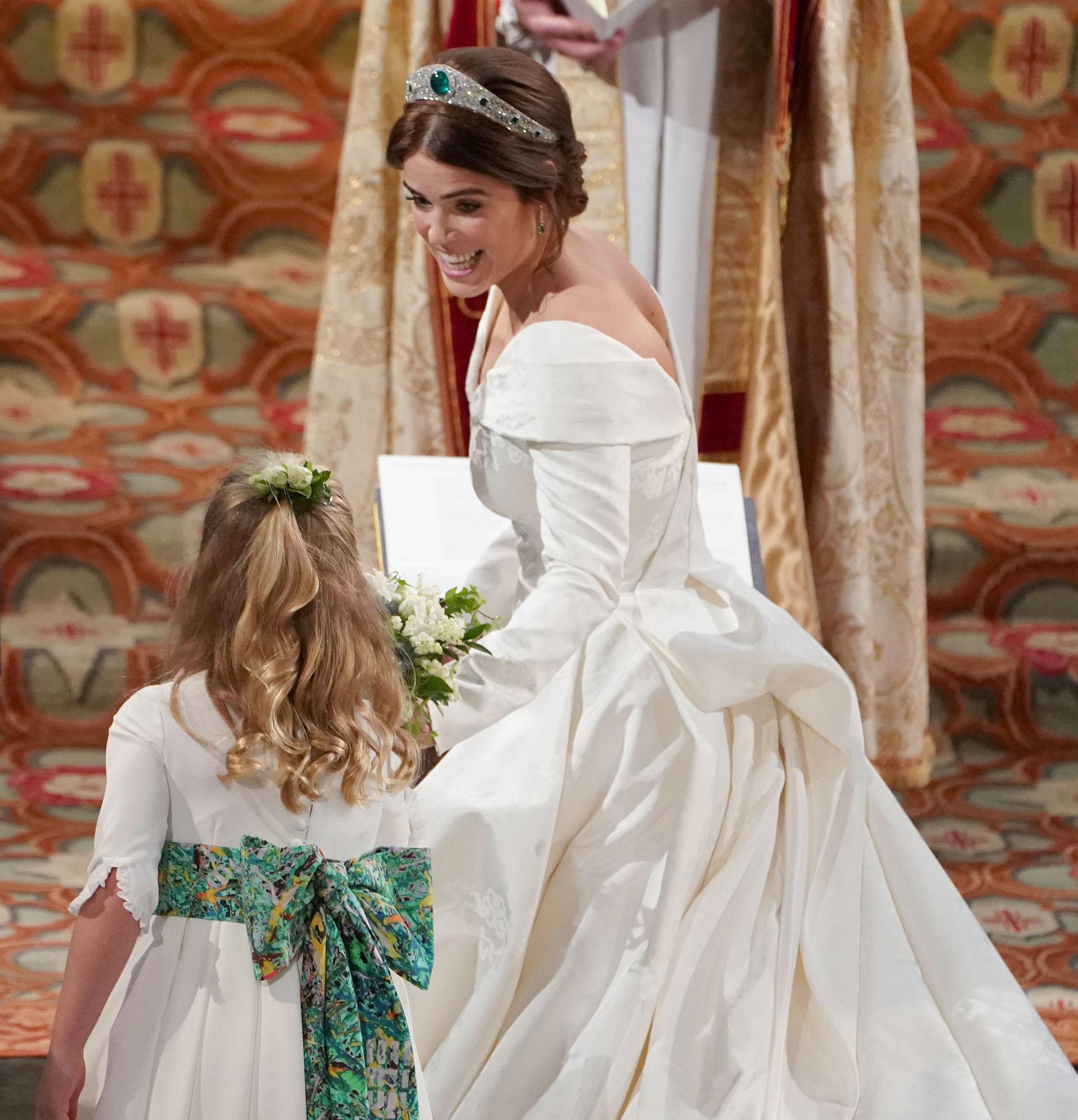 La princesa Eugenie entregando su ramo antes del intercambio de anillos