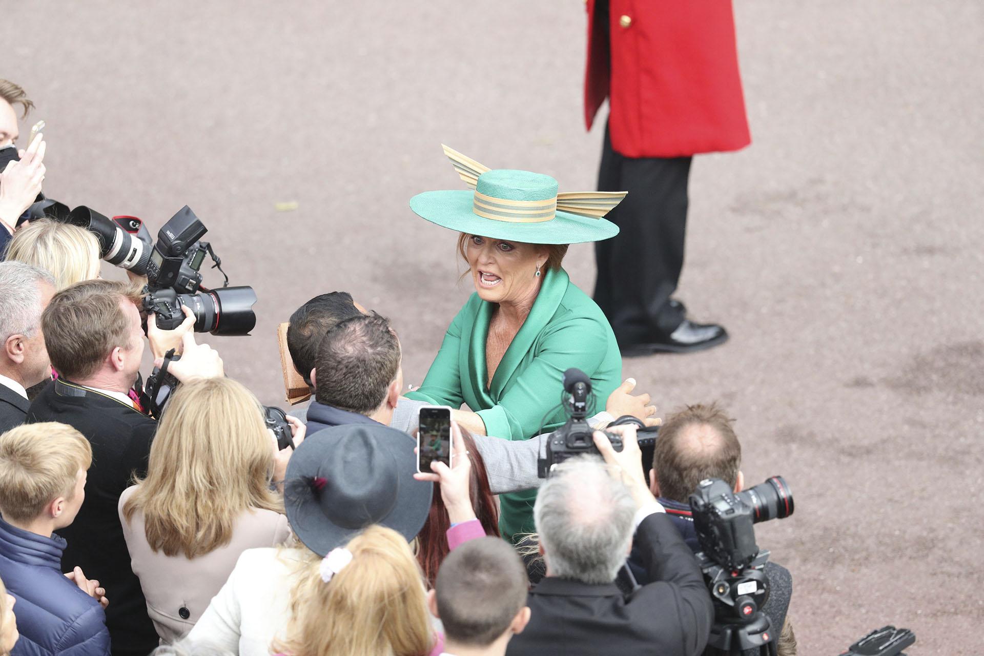 Sarah Ferguson saludando afectuosamente a los fans, antes de ingresar a la ceremonia