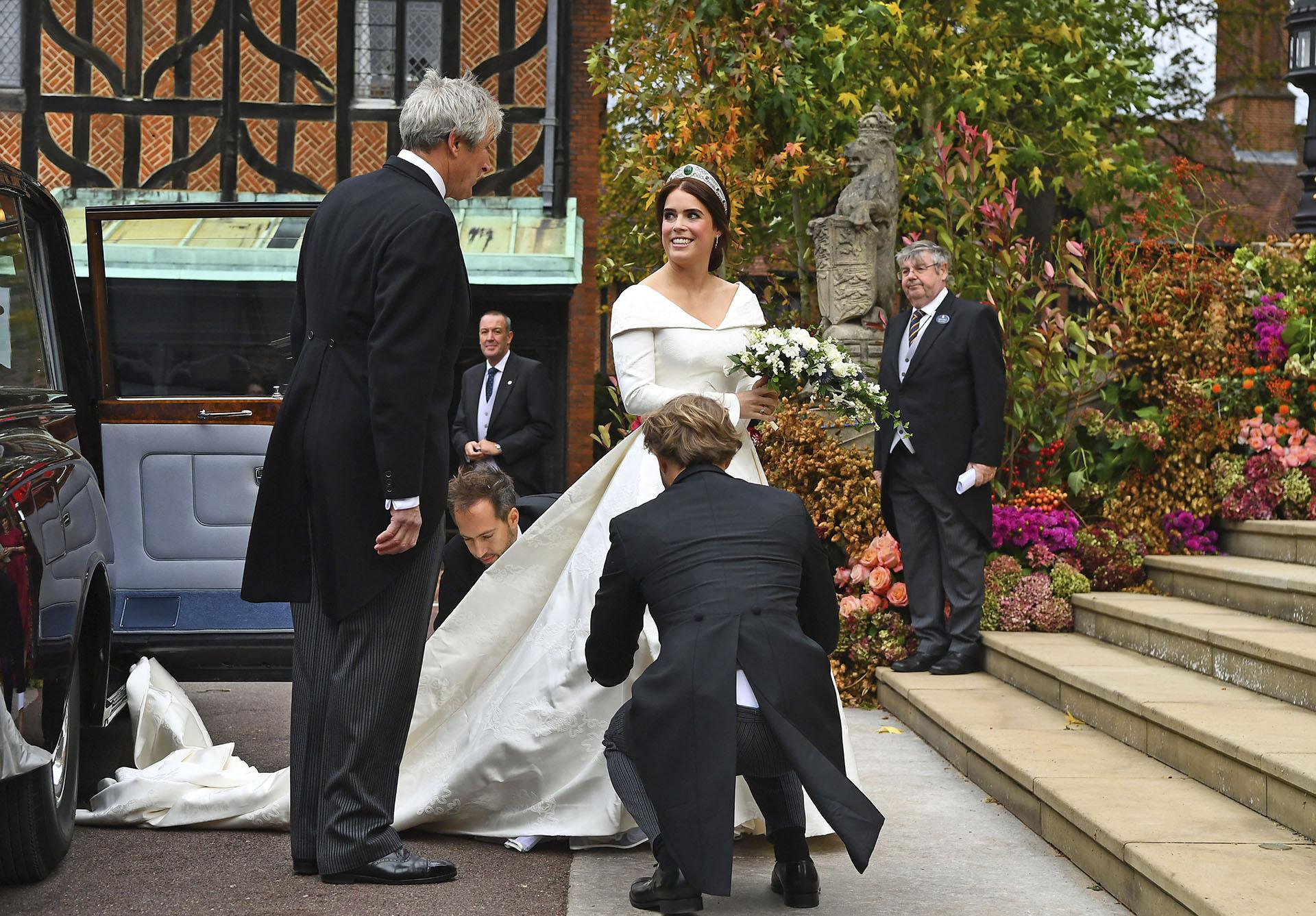 Un vestido suntuoso en tono off white bordado a mano