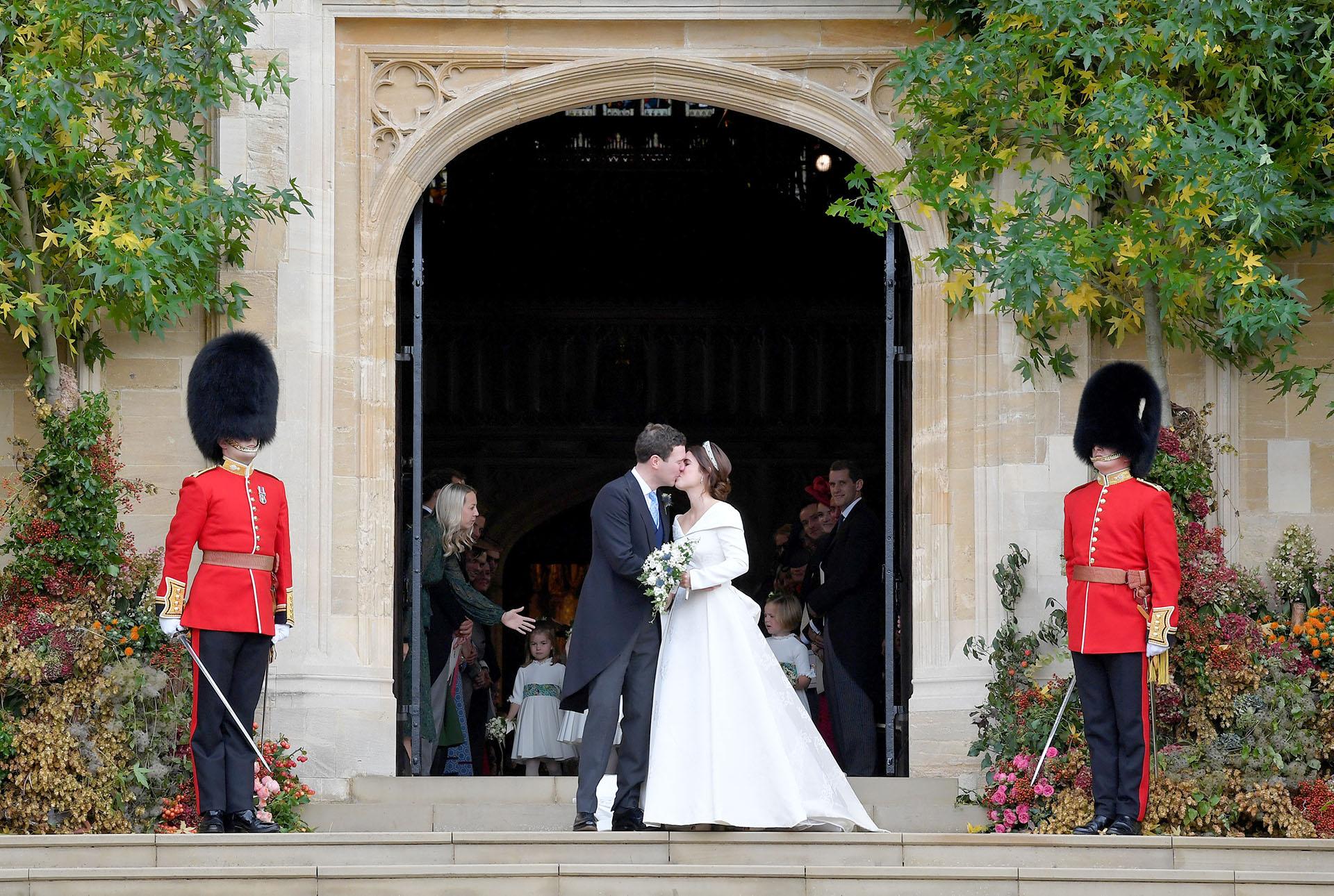 El beso entre la princesa Eugenie y Jack Brooksbank