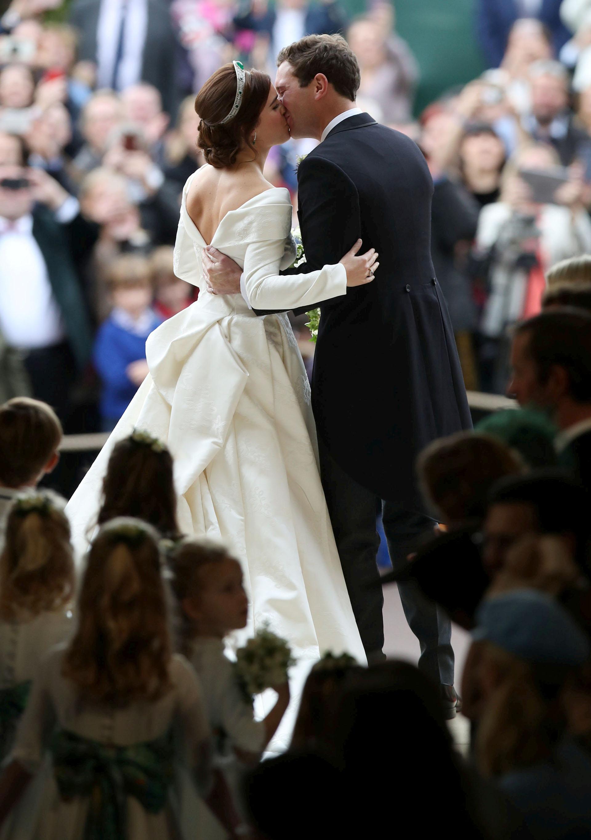 Los flamantes novios: sellaron la ceremonia con el esperado beso que fue ovacionado por los invitados y fans