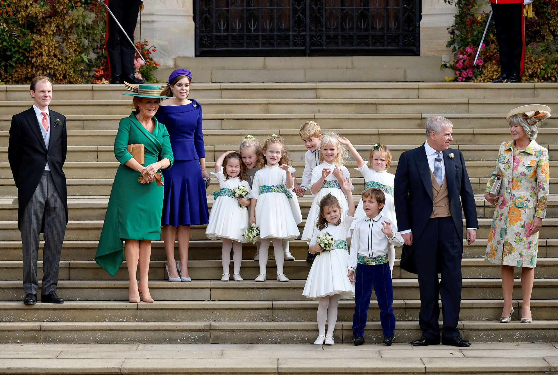 Sarah Ferguson, la princesa Beatrice, el cortejo y el príncipe Andrew saludan a la multitud