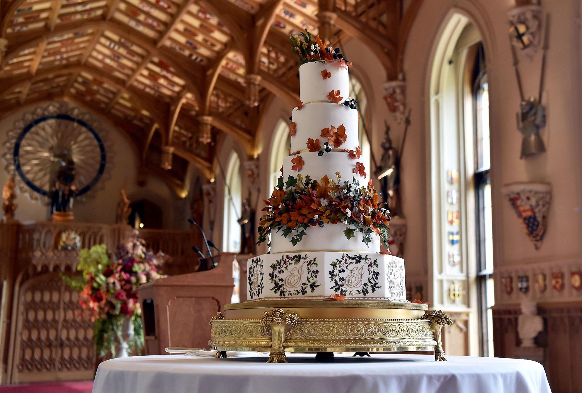"""La torta de bodasd """"red velvet"""" con las iniciales de los novios creada por Sophie Cabot"""