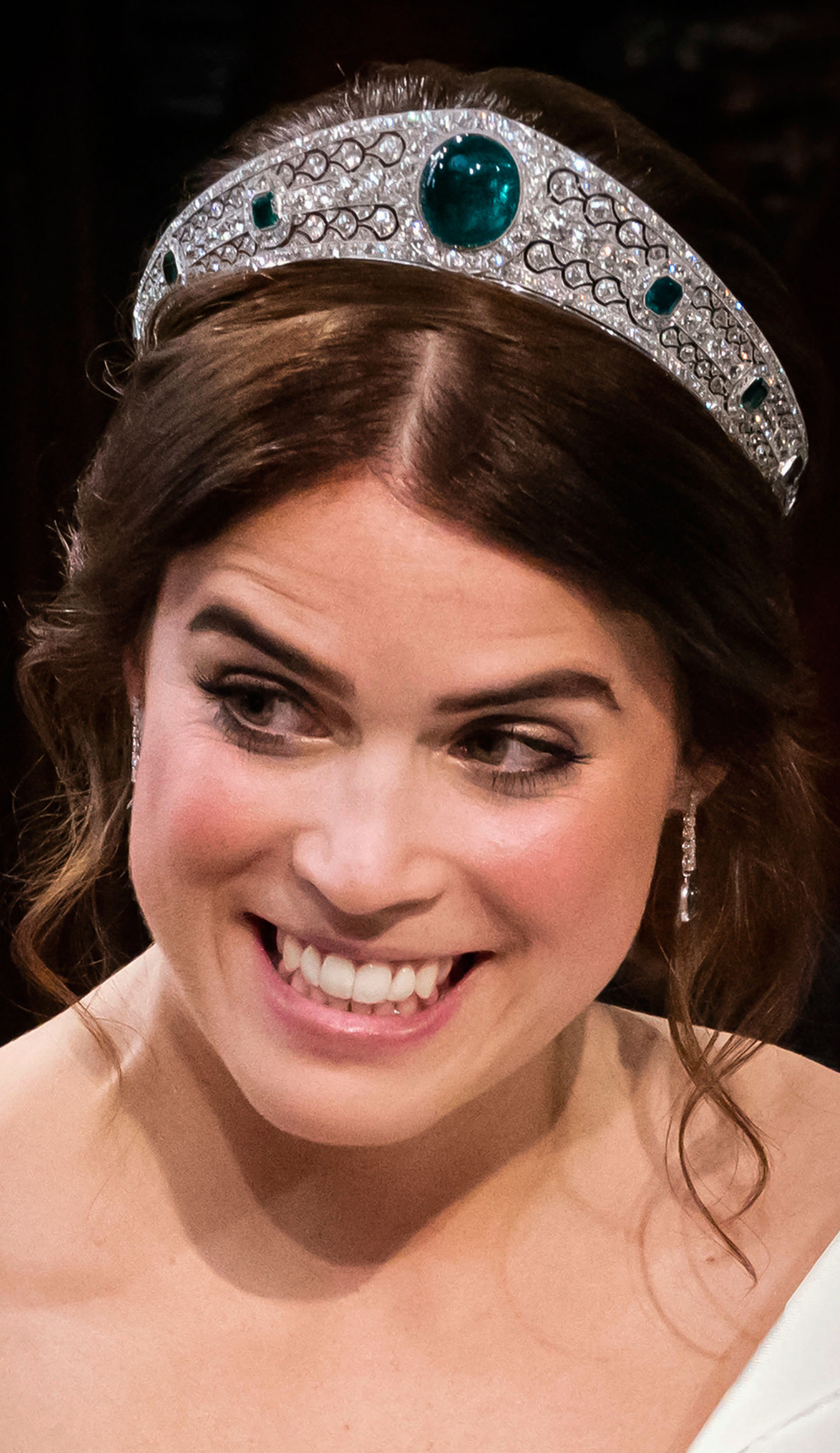 La novia llevó una tiara kokoshnik de diamantes y esmeraldas encargada por la socialité Margaret Greville