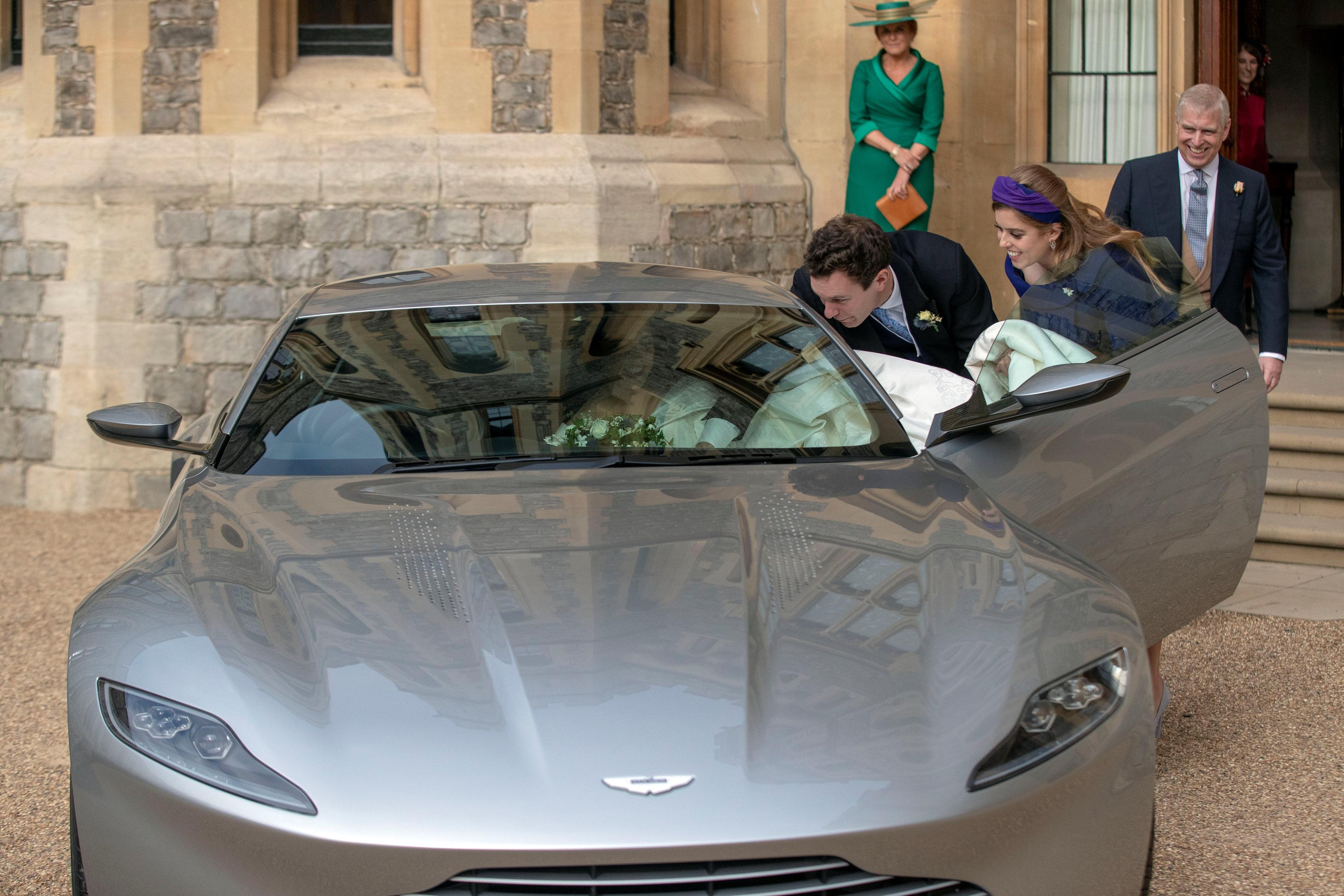Jack Brooksbank, la princesa Beatrice ayudan acomodar el vestido de Eugenie