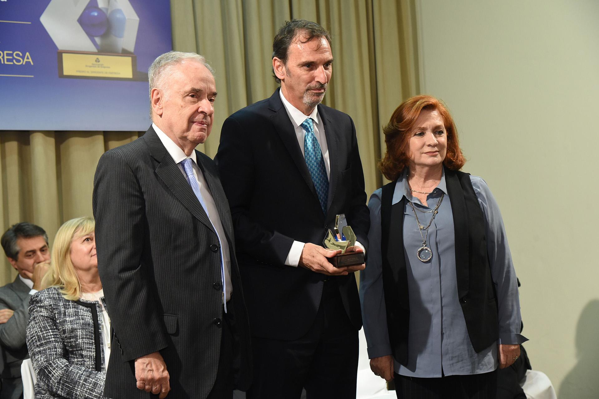 El ganador en la categoría Industria: Miguel Kozuszok (Unilever Latinoamérica y Cono Sur). En la foto, posa junto a Antonio Assefh, presidente de la Asociación Dirigentes de Empresa, y a Teresa González Fernández, integrante del jurado