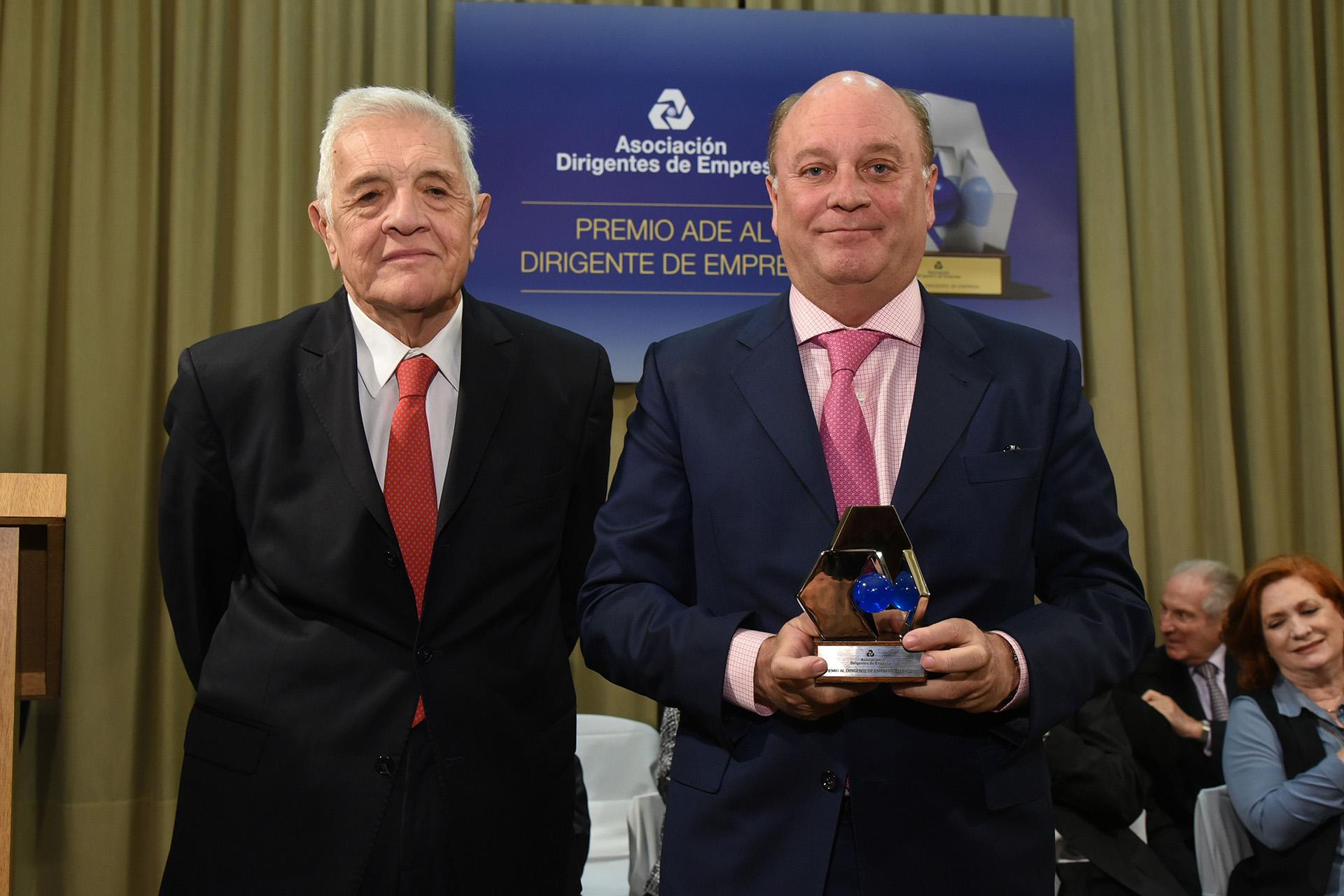 Jorge Castro, integrante del jurado, y Martín Cabrales, ganador en la categoría Comercio