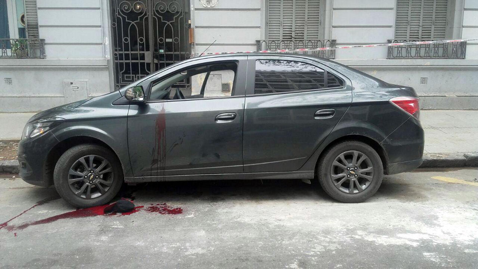 El auto del agente Chavez Molinas y los rastros del ladrón herido (Foto: Policía de la Ciudad)