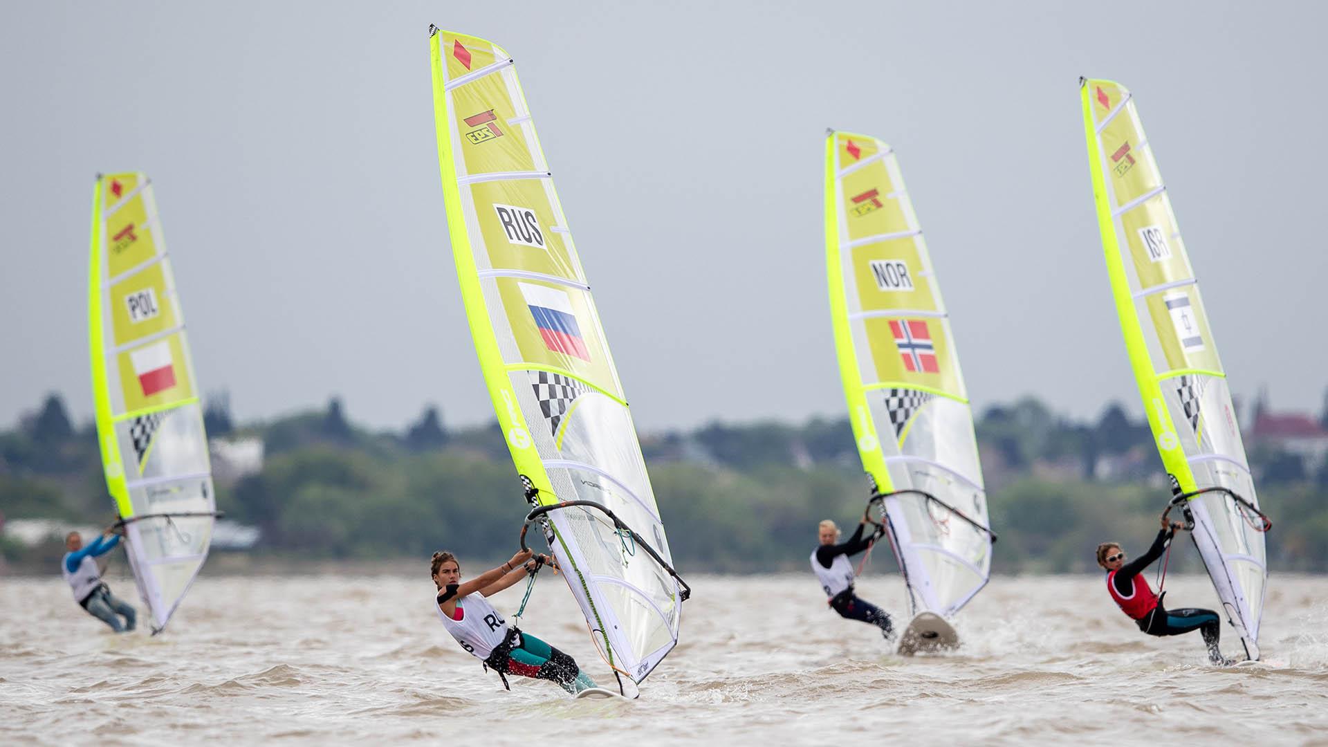 La rusa Yana Reznikovalidera la final del Windsurferen el Club Náutico San Isidro (Foto: REUTERS)