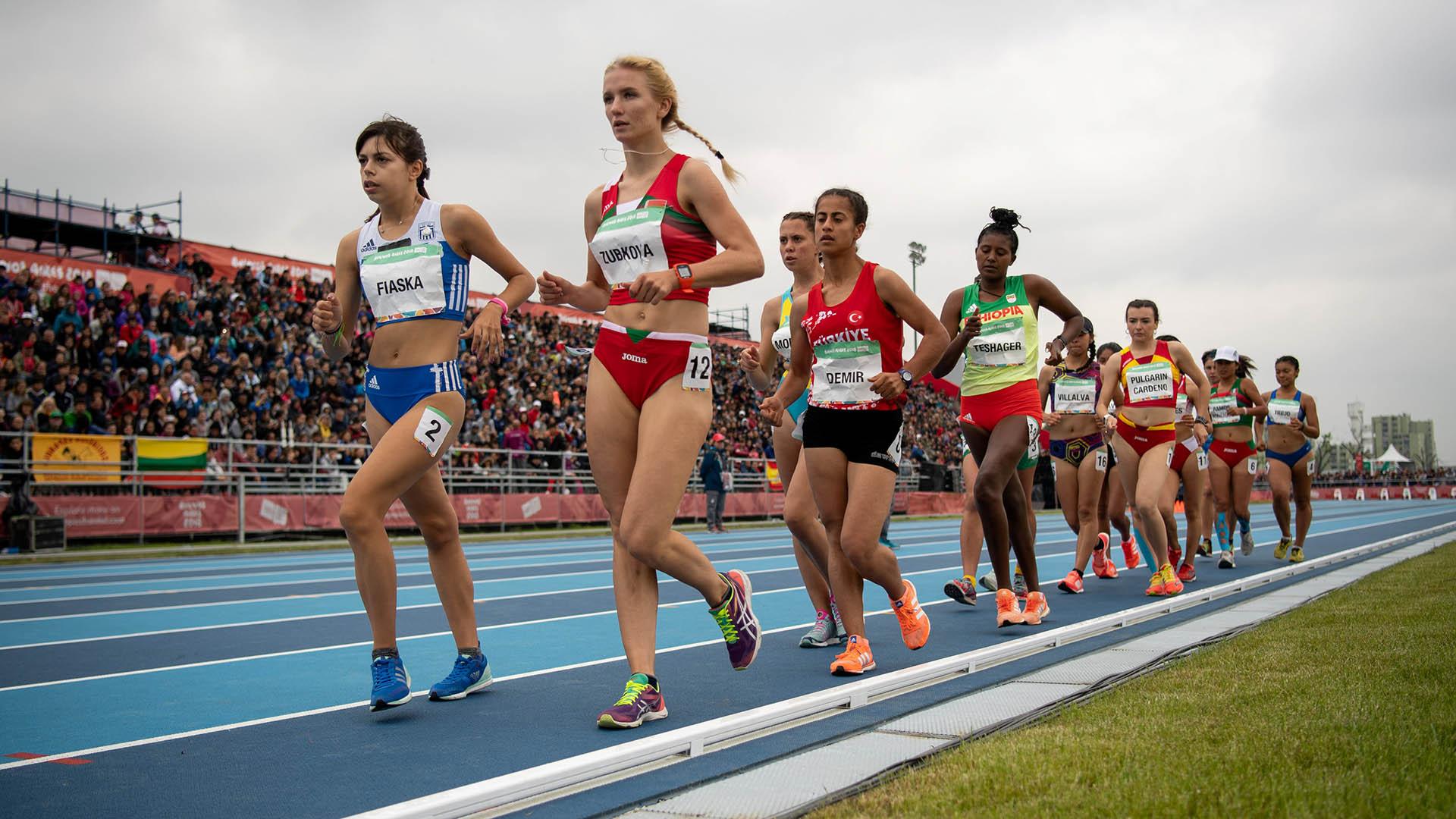 La griega Olga Fiaskay Hanna Zubkovade Bielorrusia se dirimen la punta de los 5000 metros femeninos en el parque olímpico (Foto:REUTERS)