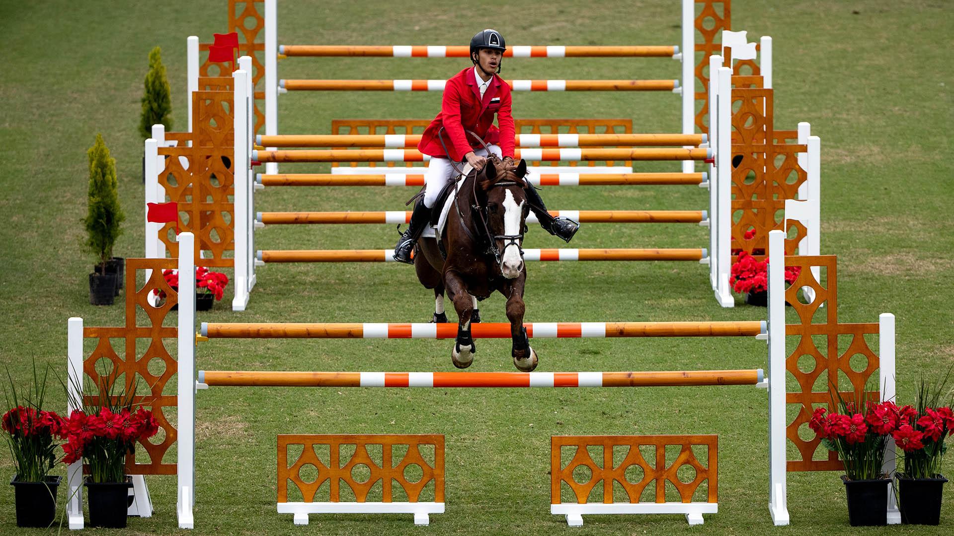 El salto individual de Momen Zindaki, de Siria, junto a su caballo Cooper Larquinoen el Club Hípico Argentino del parque verde (Foto: REUTERS)