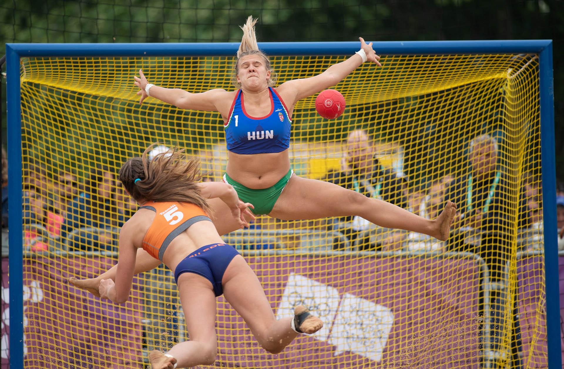 La arquera húngara Greta Hadfi of Hungary no logra detener el envío de la holandesa Marit Van Edeen el beach handball que se desarrolló en el Parque Sarmiento (Foto:REUTERS)