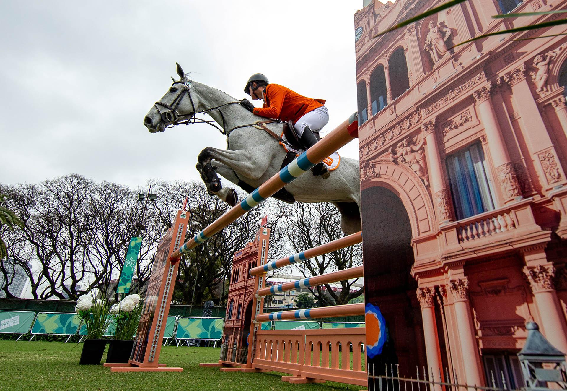 El holandés Rowen Van De Mheenjunto a su yeguaBaral Ourikacompletaron las pruebas de ecuestreen el Club Hípico Argentino (Foto: REUTERS)