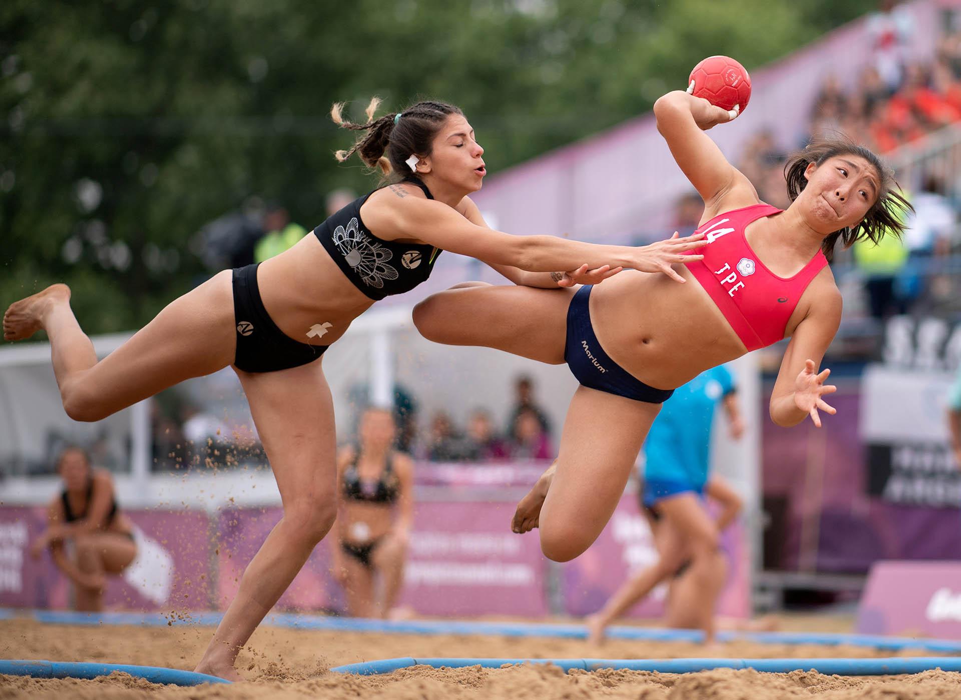 La figura de China Taipei, Yuchen Chao, a punto de convertir frente a Paraguay en beach handball (Foto: REUTERS)