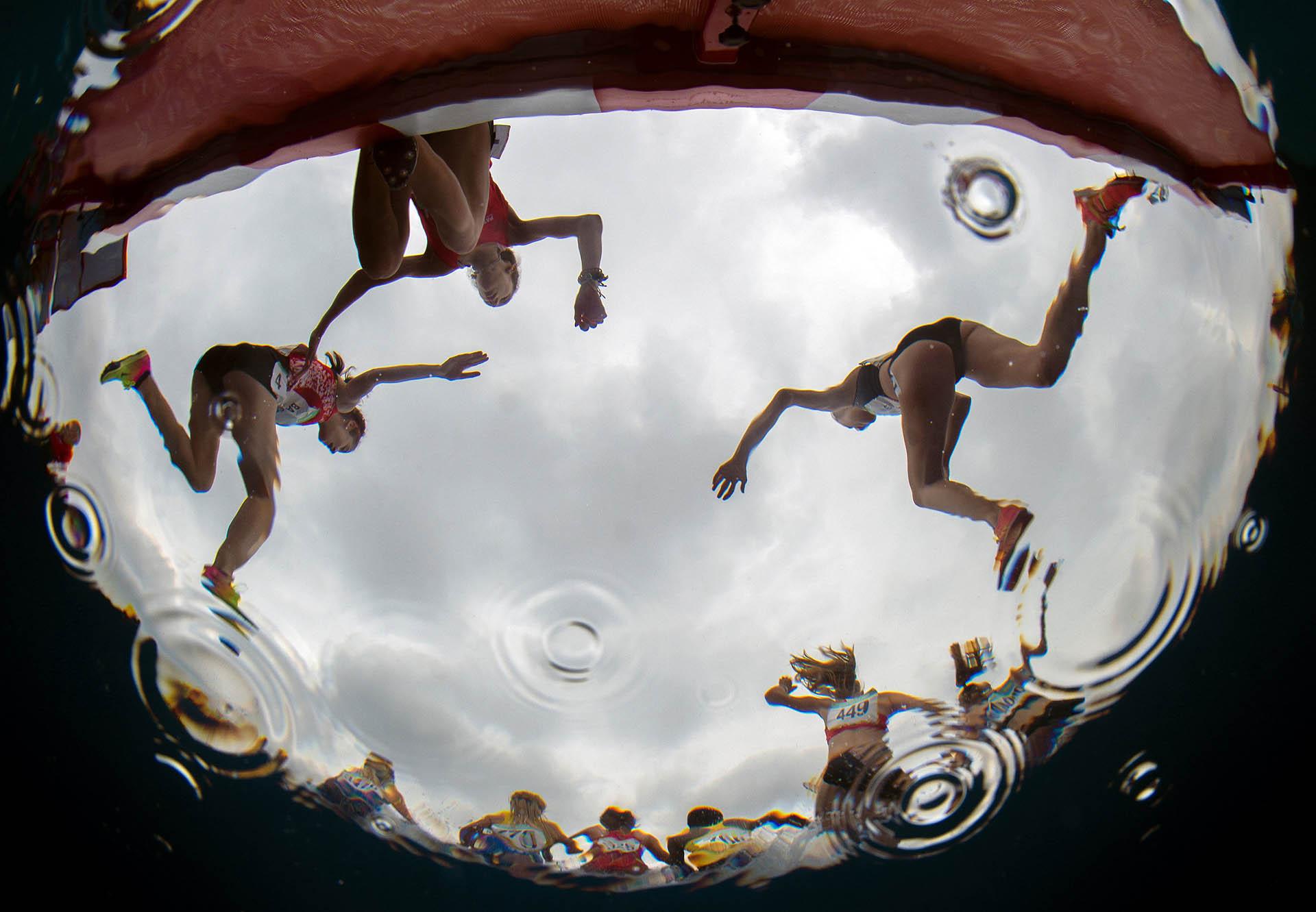 Los atletas en acción durante la carrera de 3000 metros femenina (Foto: REUTERS)