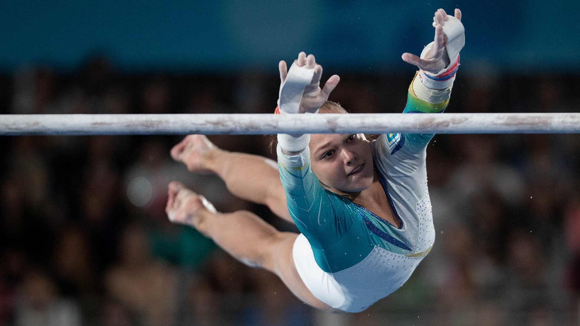 La ucranianan Anastasiia Bachynskaen acción en la especialidad de barras paralelas de gimnasia artística (Foto:REUTERS)