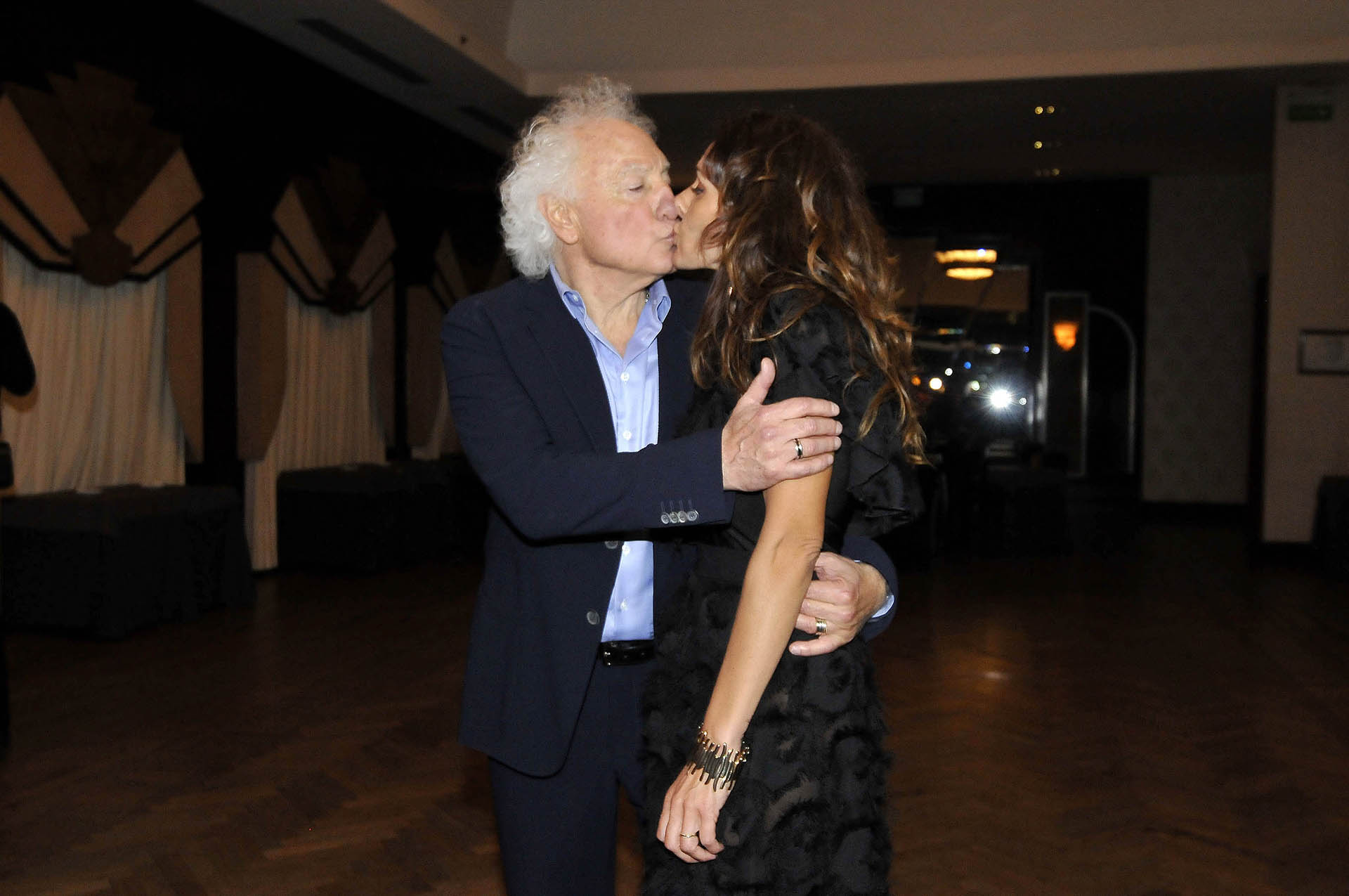 El beso de Guilermo y Corina,a pedido del fotógrafo de Teleshow; se casaron en abril de 2016