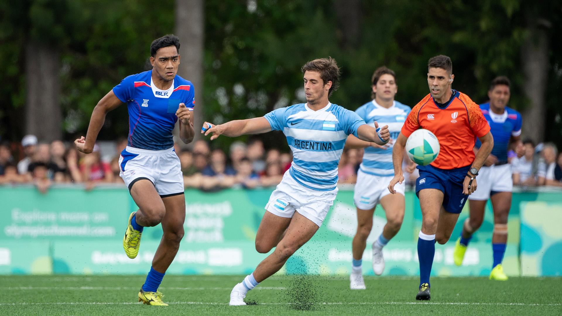 Tuna Tuitama de Samoa corre para eludir al argentinoRamiro Costaen el seven que se disputó en La Boya del SIC (Foto:REUTERS)