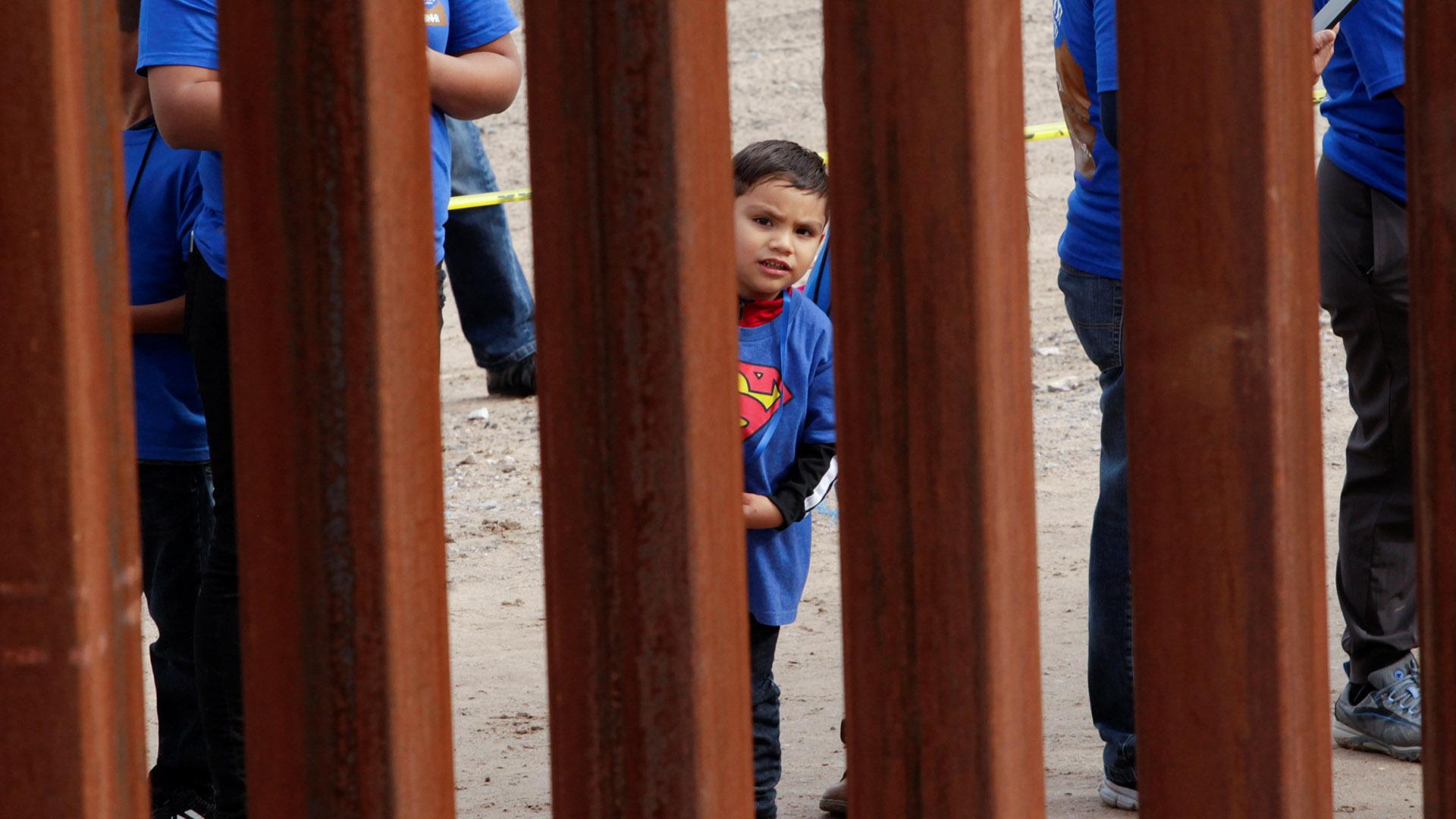 A través de las cámaras de seguridad, autoridades de EEUU notaron el cruce ilegal de niños desde México (Foto: Reuters)