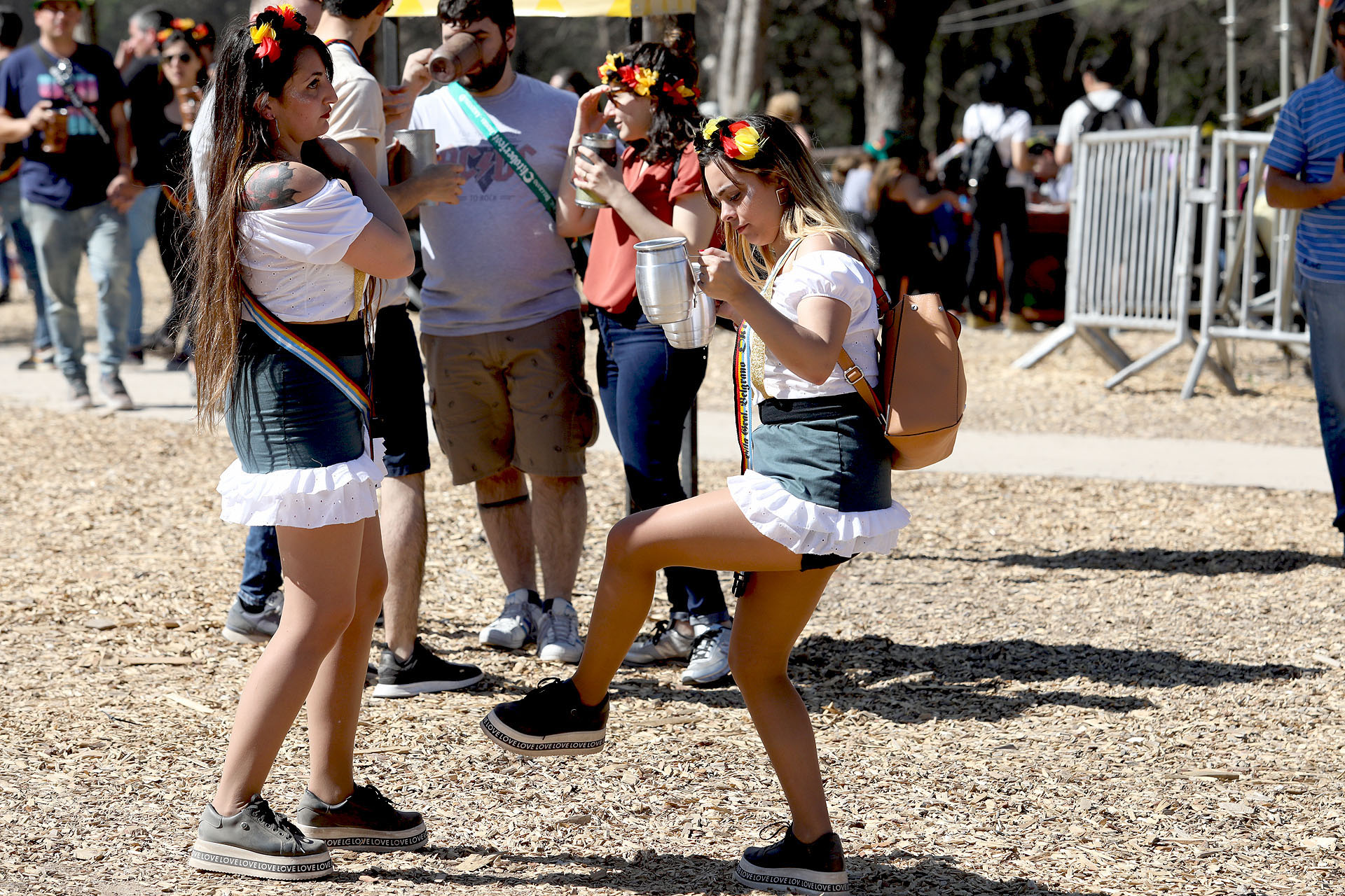 Las chicas improvisan pasos al ritmo de la música germana