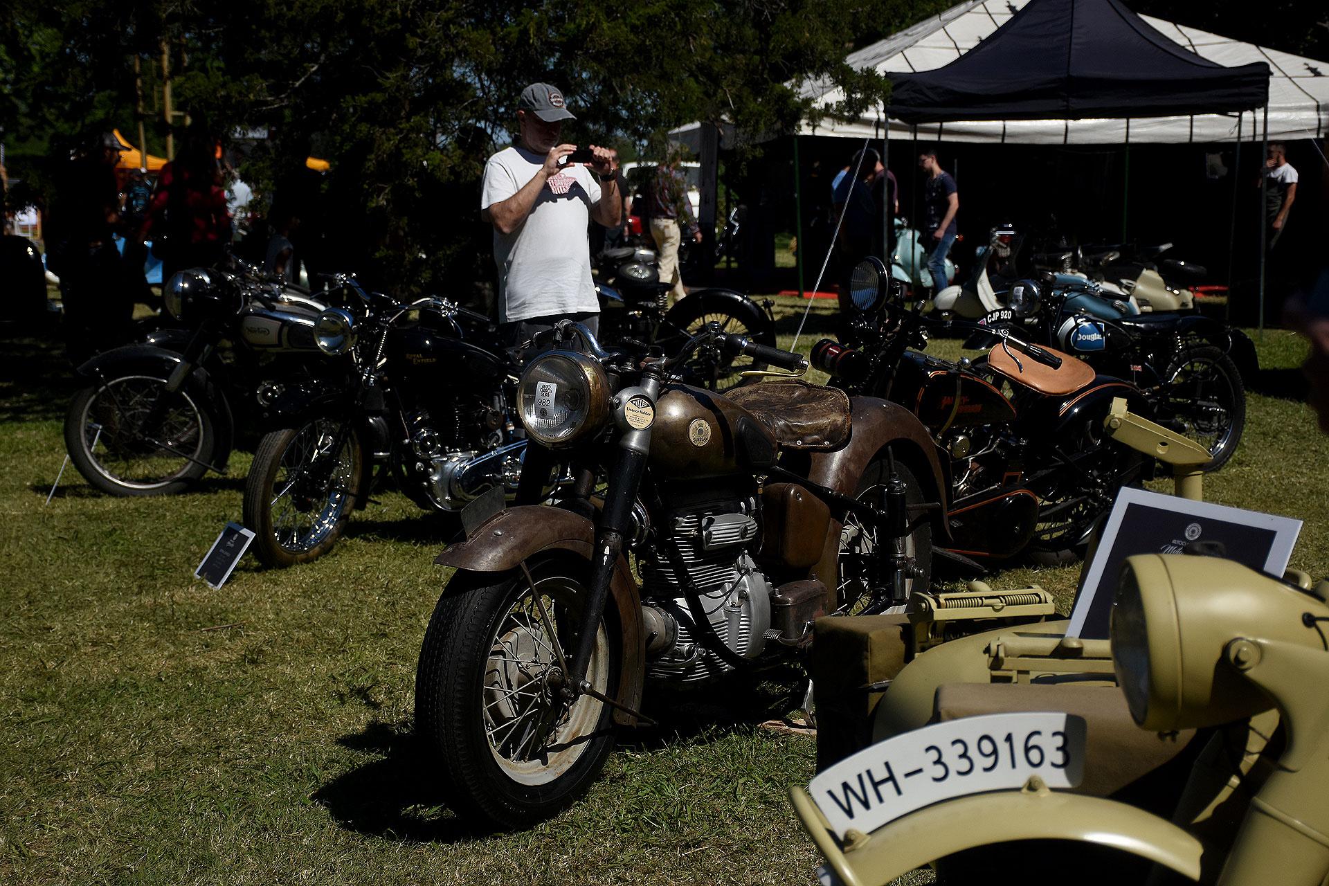 Modelos mezclados. Están las motos Gilera, Kawasaki, Zanella, Yamaha, Honda, Douglas, , Siambretta, Ducati, BMW junto a las míticas Harley-Davidson, Norton, Morgan, Royal Enfield, Douglas y Triumph. Piezas de dos ruedas queabsorben toda la fascinación de los motociclistas